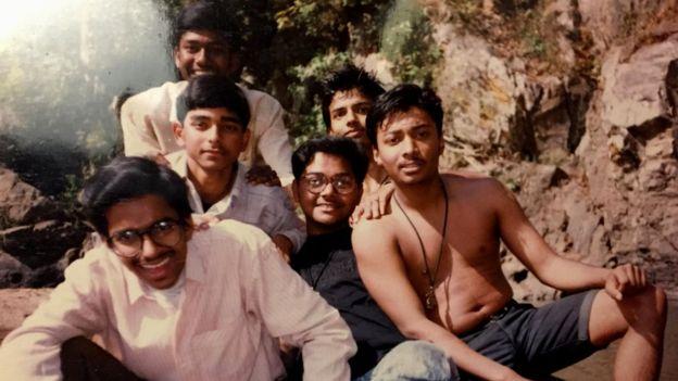 Para Ambarish Mitra (al medio) su paso por lo barrios pobres de India fue una aventura.