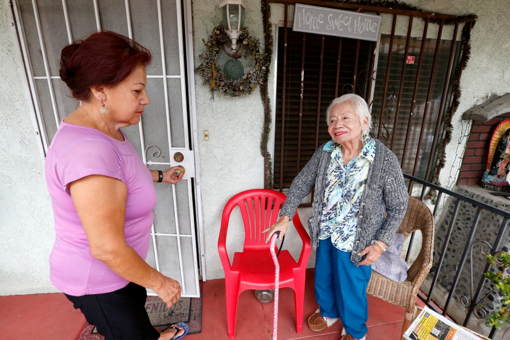 09/20/16/ LOS ANGELES/Caregiver Martha Diaz retired early in order to take care of her elderly mother Florentina Diaz who has been battling Alzheimer's. (Photo Aurelia Ventura/ La Opinion)