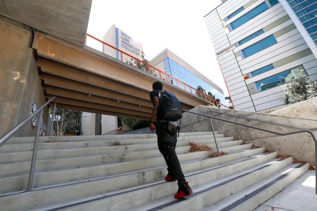 El campus de West Los Angeles College tiene varias escaleras por estar situado en una colina. (Aurelia Ventura/ La Opinion)