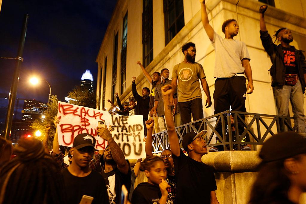 Residentes y activistas protestan por la muerte de Keith Scott en Charlotte.
