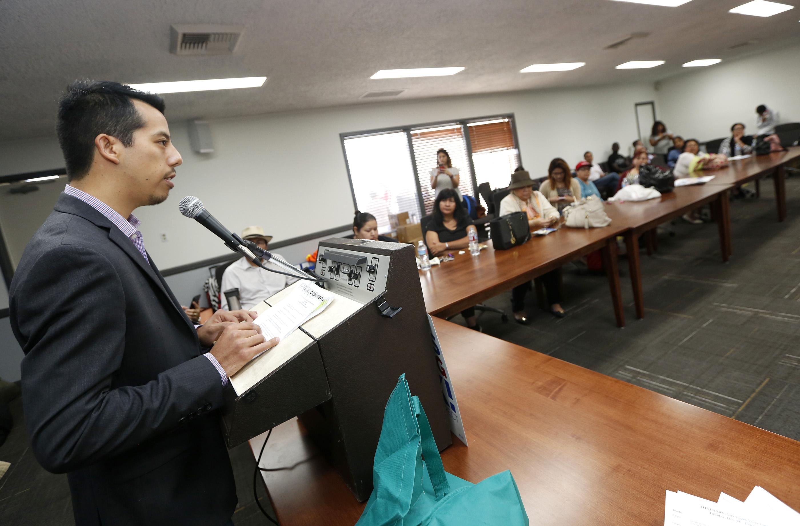 Diego Coaquile sostiene una rueda de prensa antes de unirse a varios trabajadores de California que van en un autobús a Las Vegas, Nevada. Foto: Aurelia Ventura/ La Opinión
