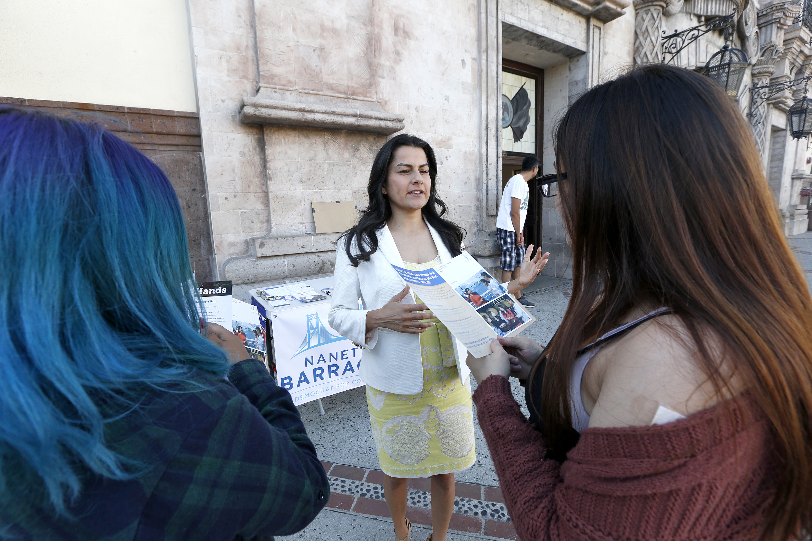 10/21/16/ LOS ANGELES/Nanette Barragan, attorney and candidate for the United States House of Representatives in California's 44th district, speaks with residents of Lynwood while visiting Plaza Mexico. (Photo Aurelia Ventura/ La Opinion)