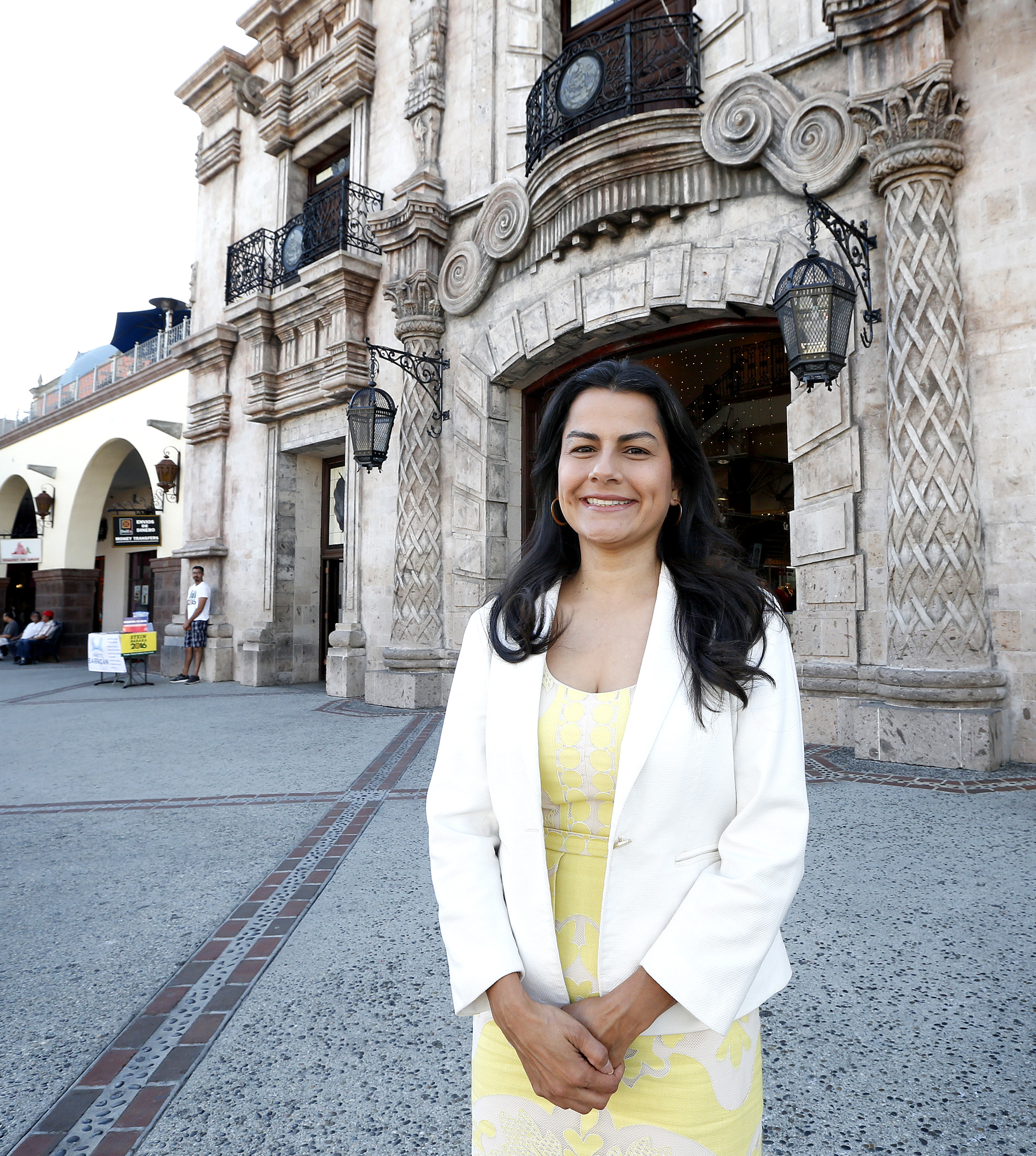 10/21/16/ LOS ANGELES/Nanette Barragan, attorney and candidate for the United States House of Representatives in California's 44th district, visits Lynwoods Plaza Mexico. (Photo Aurelia Ventura/ La Opinion)