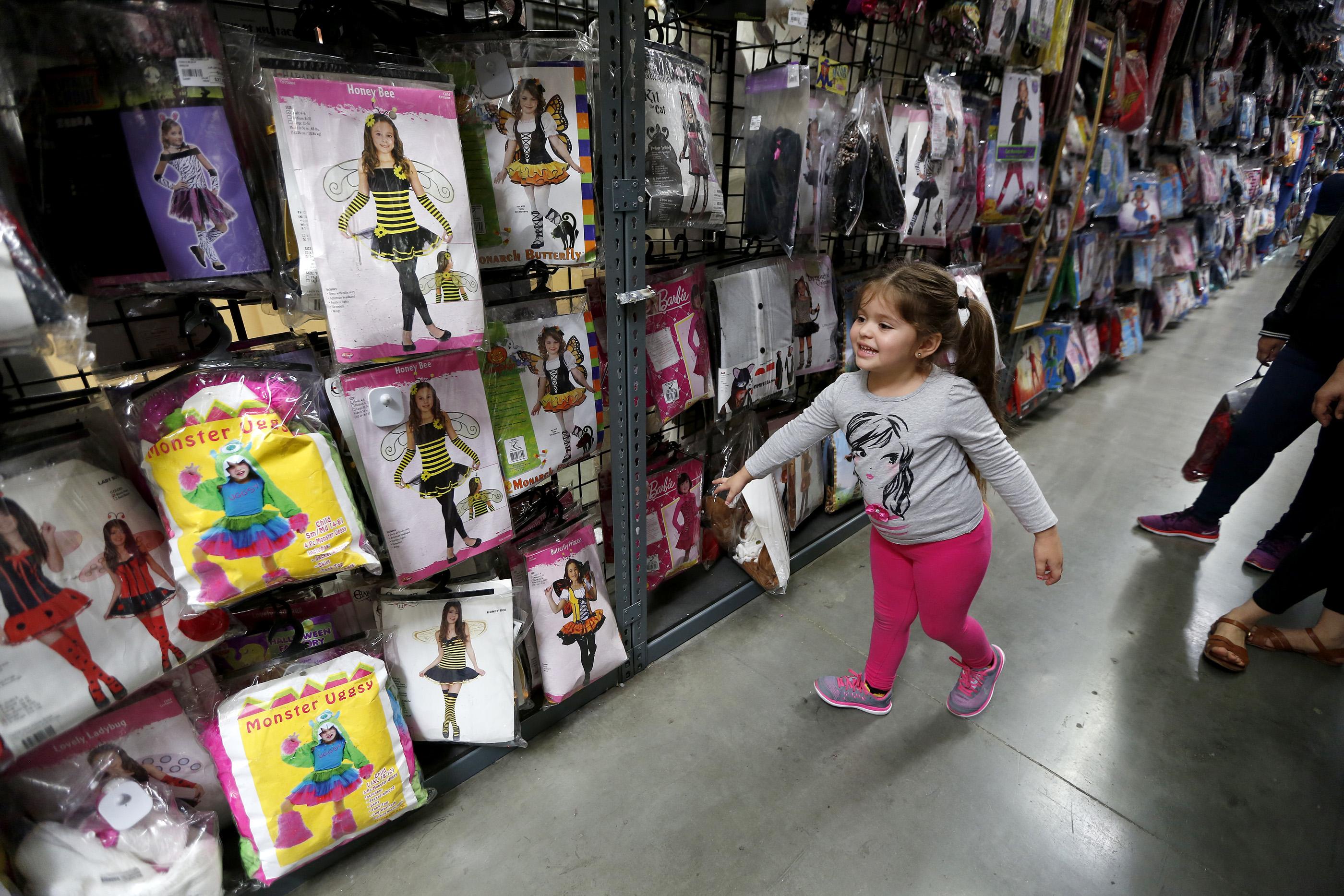 10/26/16 /LOS ANGELES/4 year old Victoria Montoya shops for a Halloween custom at the Halloween Club store in Montebello. (Photo by Aurelia Ventura/La Opinion)
