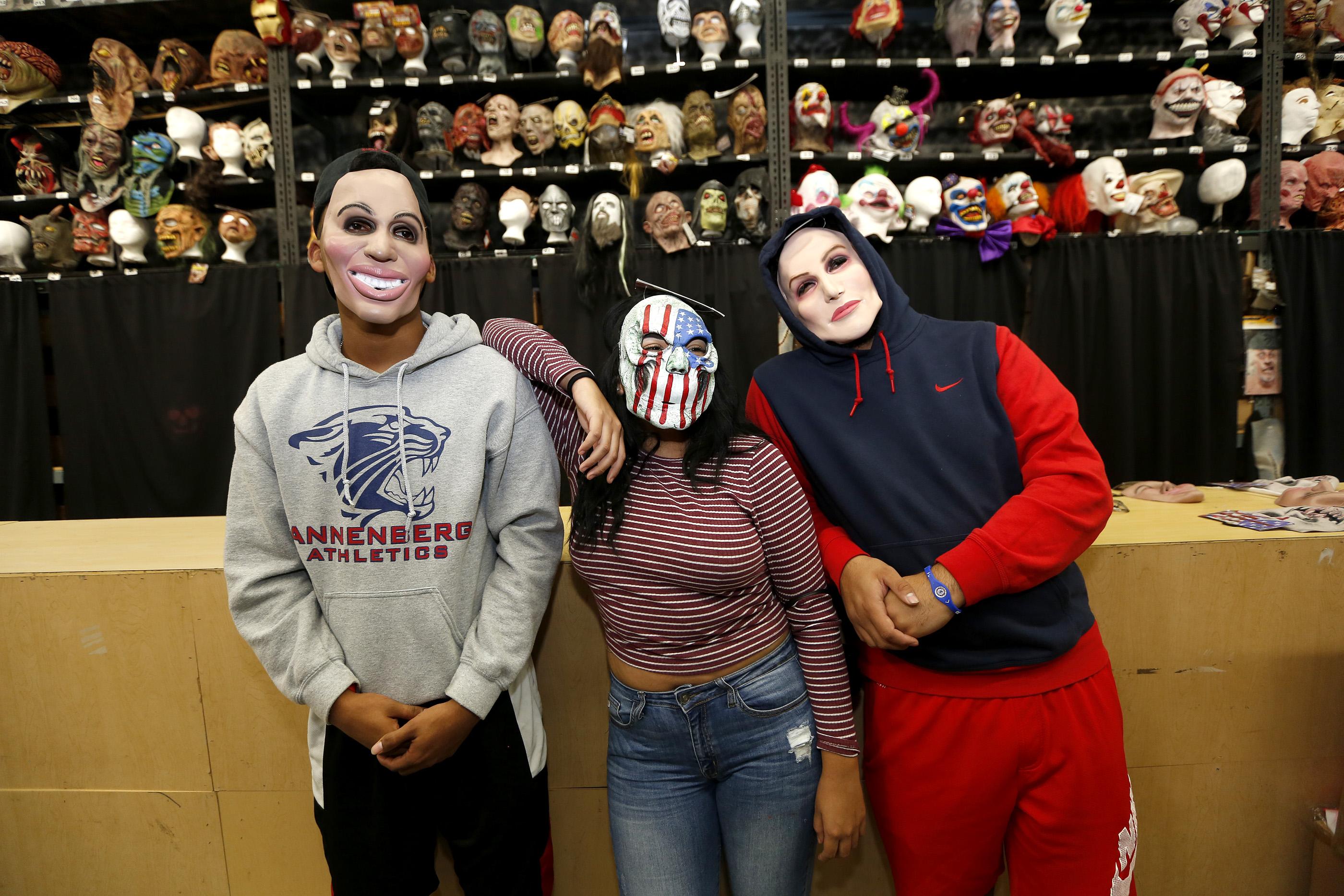 10/26/16 /LOS ANGELES/Cousins Anthony Jefferson, Leslie Martinez and Juan Nunez shop for their Halloween customs at the Halloween Club store in Montebello. (Photo by Aurelia Ventura/La Opinion)