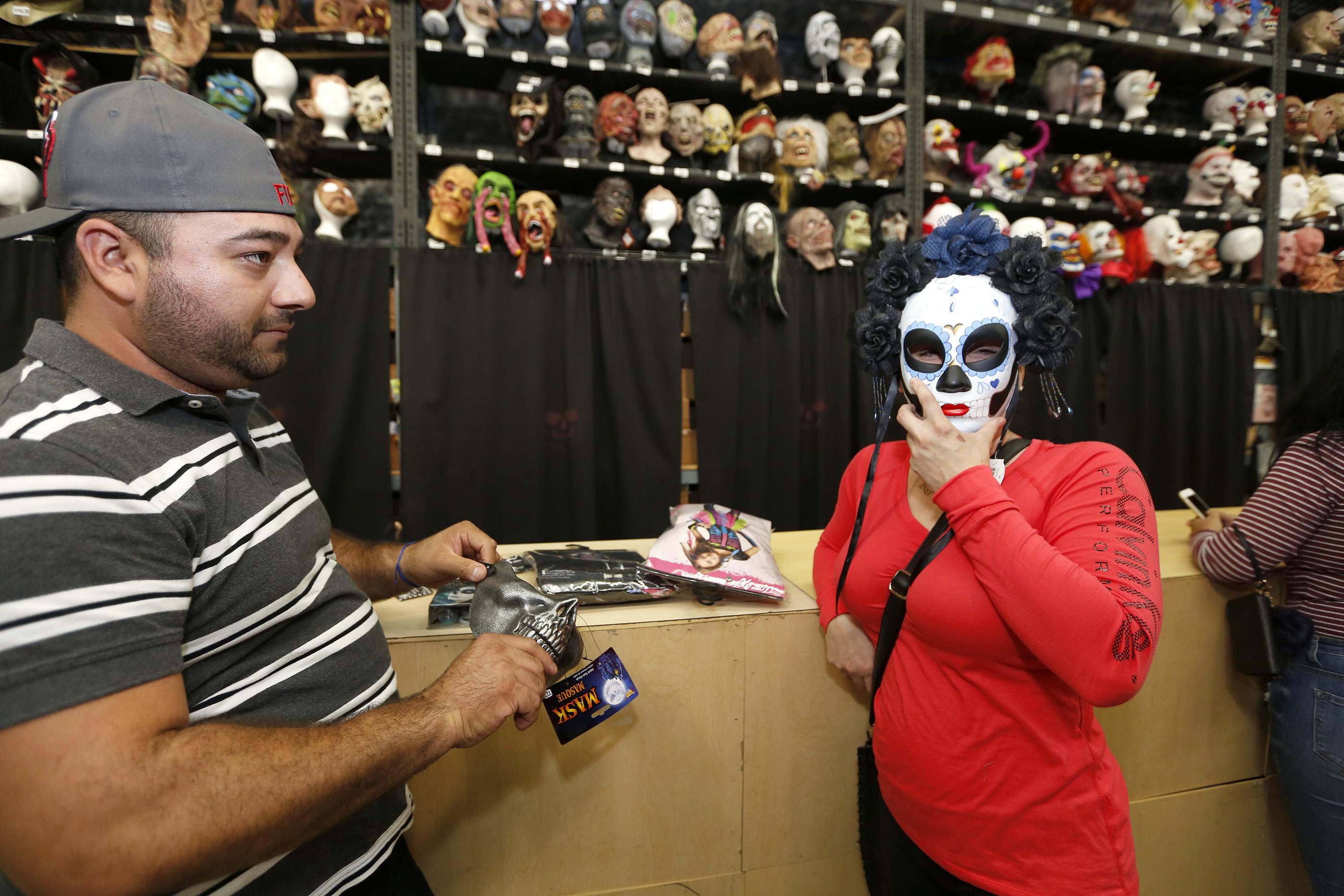 10/26/16 /LOS ANGELES/Xitlaly Rubio and Luis Moreno shop for their Halloween customs at the Halloween Club store in Montebello. (Photo by Aurelia Ventura/La Opinion)