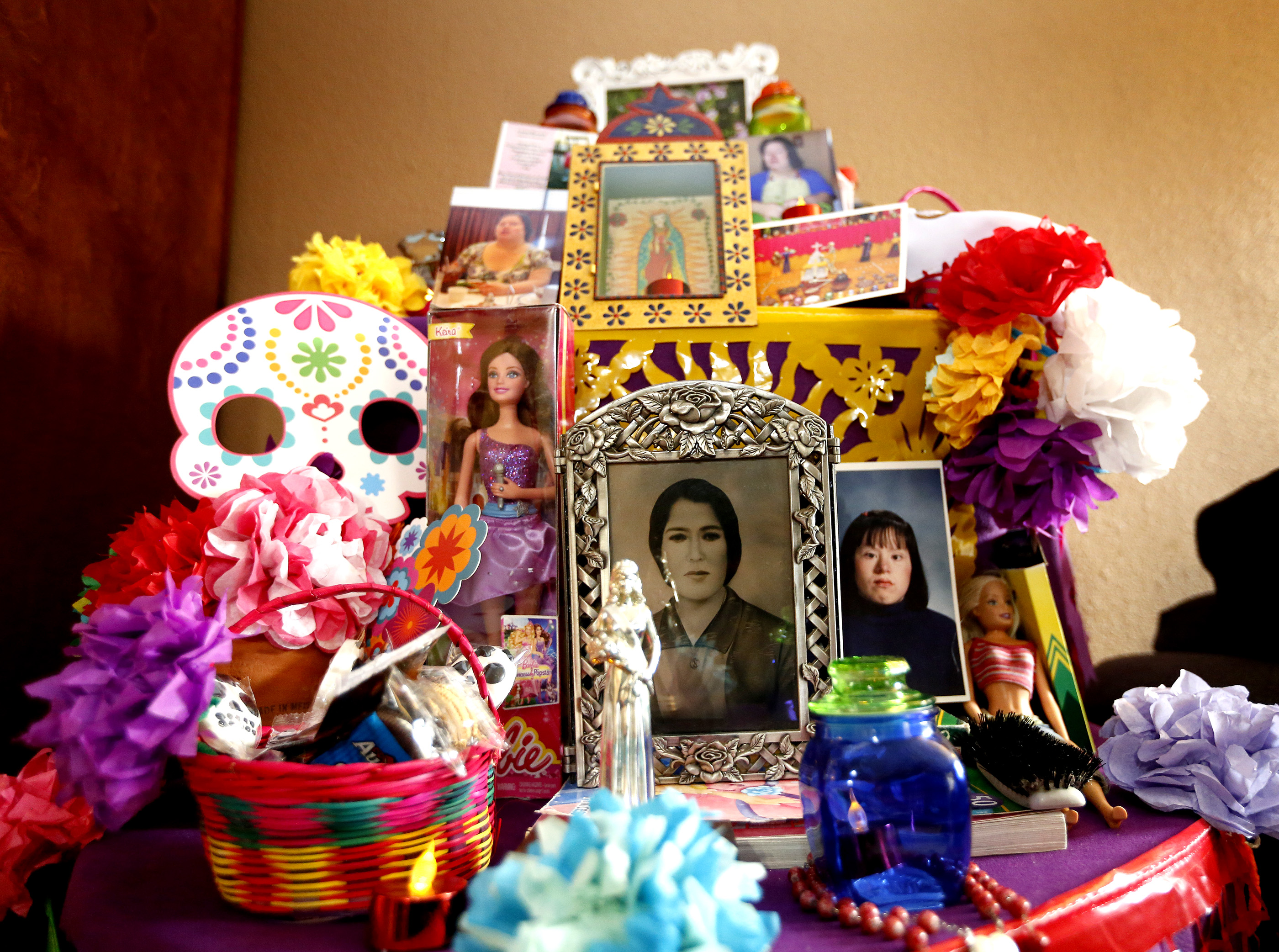 10/27/16/ LOS ANGELES/Beatriz Hernandez with her mother Maria Sacramento Luna and young daughter Priscilla Lynn, 17, create a Day of the Dead altar for her sister Angelica Hernandez, who died early this year. (Photo Aurelia Ventura/ La Opinion)