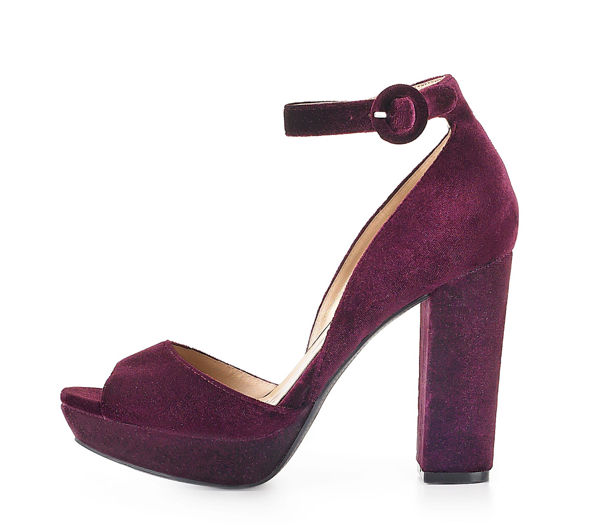 La zapatilla con tacón y correa al tobillo diseñadas en 'velvet' o terciopelo, como esta, elaborada por American Rag, es otra de las grandes tendencias de esta temporada.