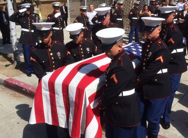 Miembros de los marines de EEUU asistieron en trasladar el ataúd de Carlos Segovia.