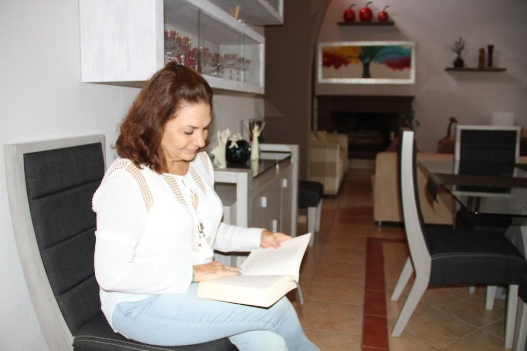 María Esther Rimblas toma pastillas elaboradas a base de pasta de marihuana con coco para sobrellevar su enfermedad.