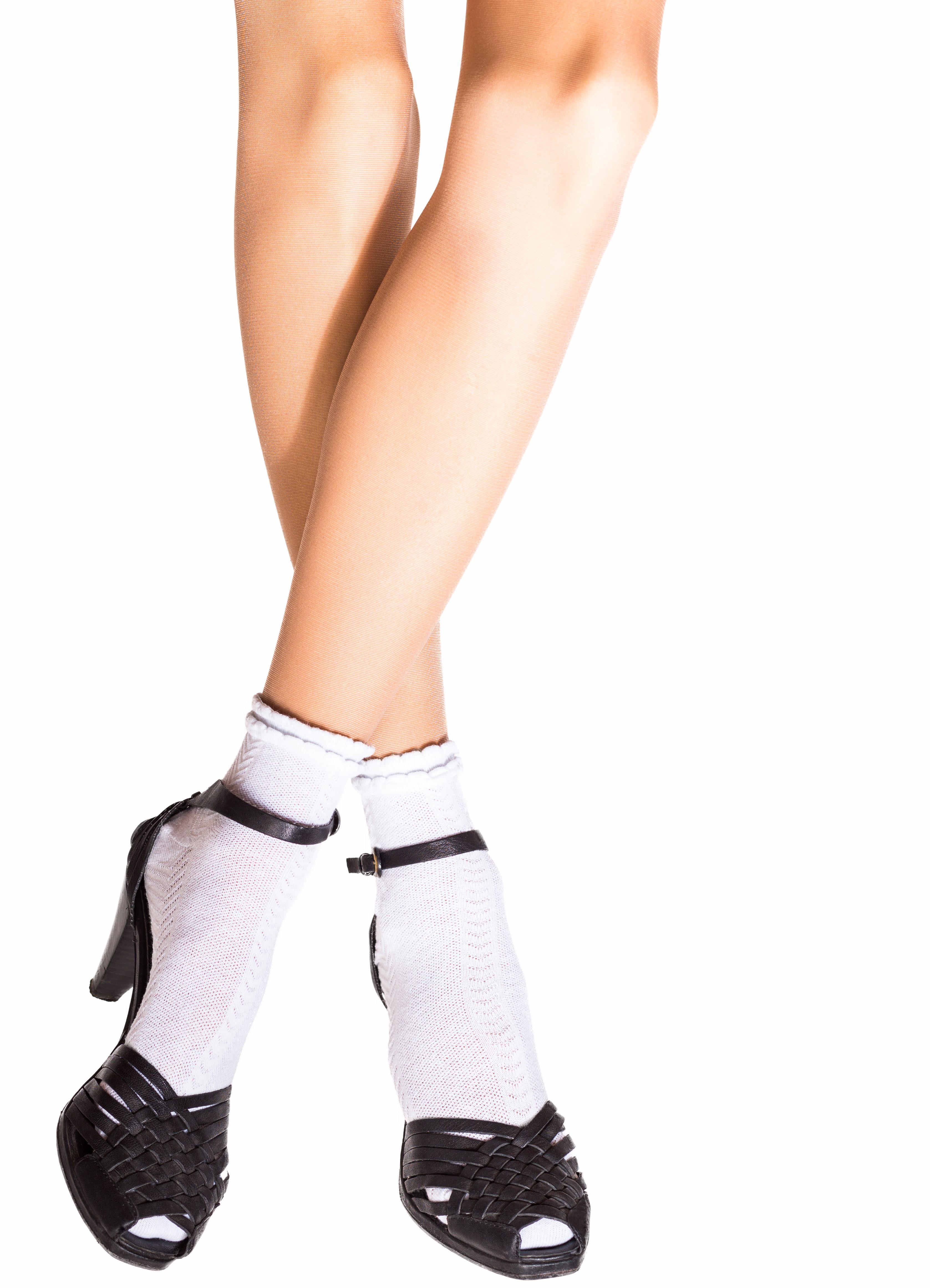 Vestir medias con zapatos o sandalias sigue de moda en esta temporada otoñal e invernal.