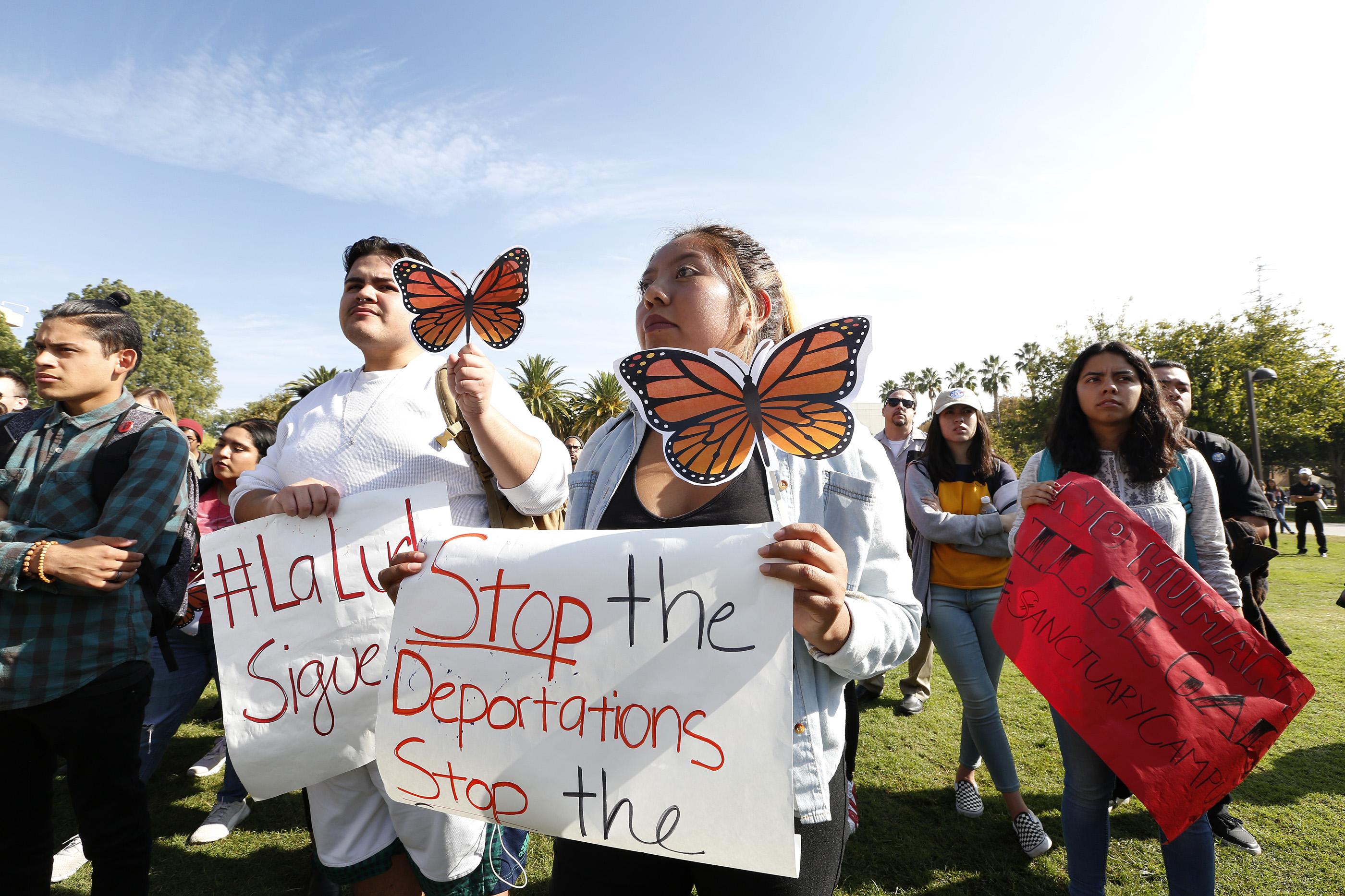 Estudiantes de CSUN se unen al clamor nacional en contra de ICE y su acceso a información de estudiantes indocumentados. (Foto: Aurelia Ventura/La Opinión)