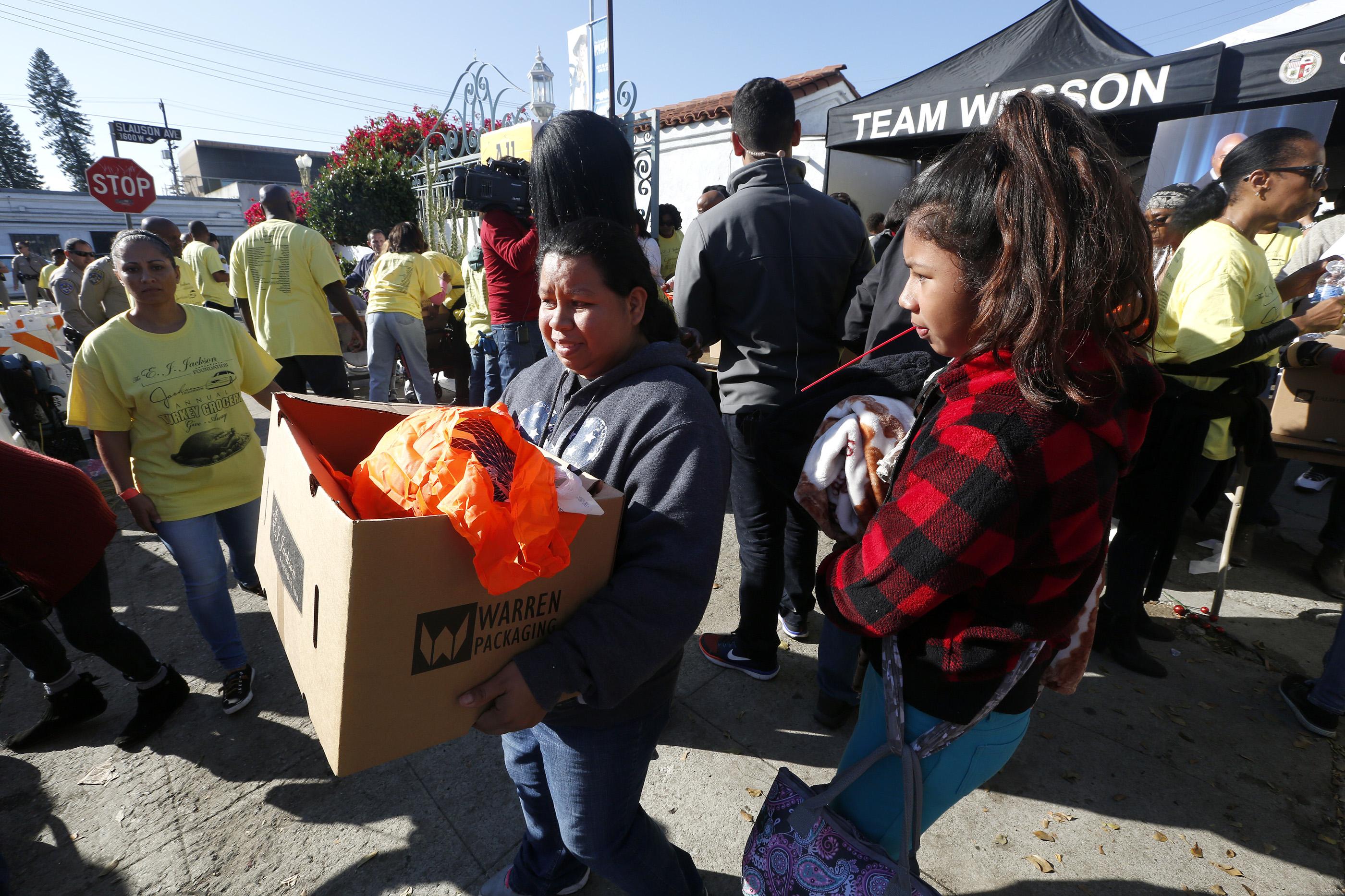Este es el 34 año que la Fundación E.J. Jackson realiza la entrega de alimentos en el sur de Los Ángeles. (Aurelia Ventura/ La Opinion)