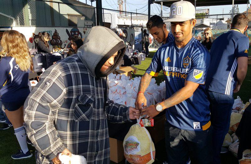 El defensa del LA Galaxy, A.J. DeLaGarza, durante la entrega de 600 pavos en el área del centro de Los Ángeles.