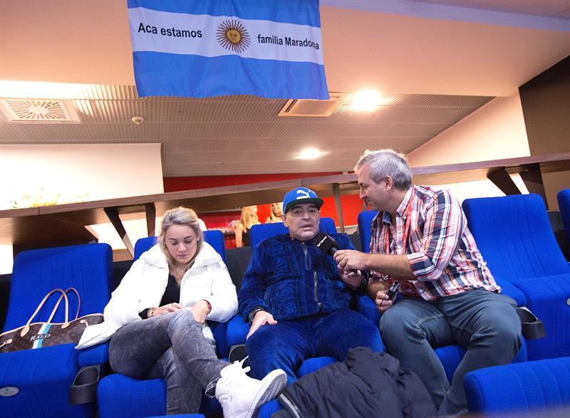 Maradona entrevistado por periodistas