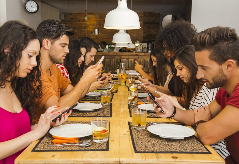 A pesar que la tecnología ha acortado las distancia y mantiene a sus usuarios conectados las 24 horas del día, al momento de cenar los amigos o integrantes de las familias están completamente desconectados.