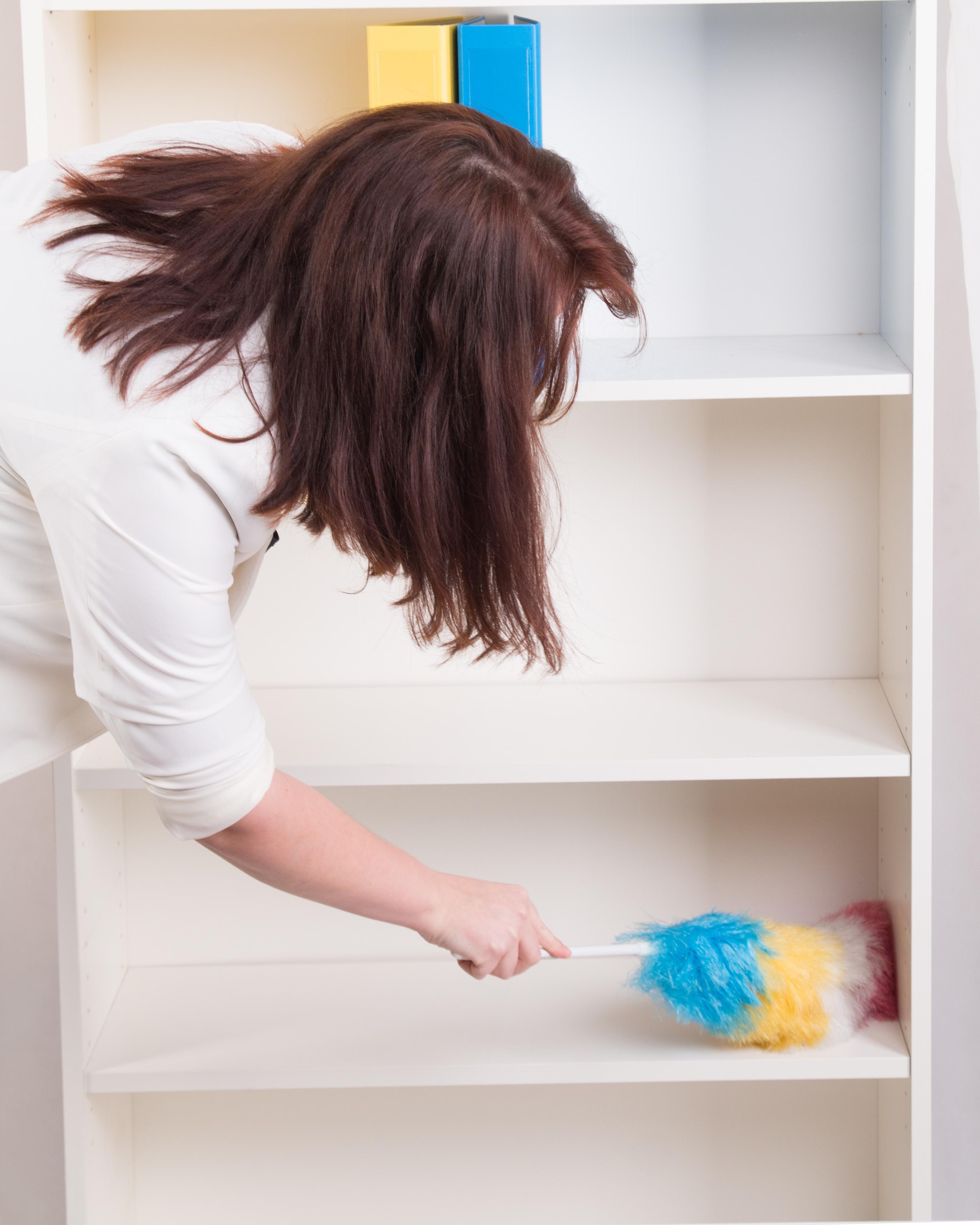 Para limpiar los libreros se recomienda retirar todos los libros, para igualmente limpiarlos, y volver a colocarlos en su lugar.
