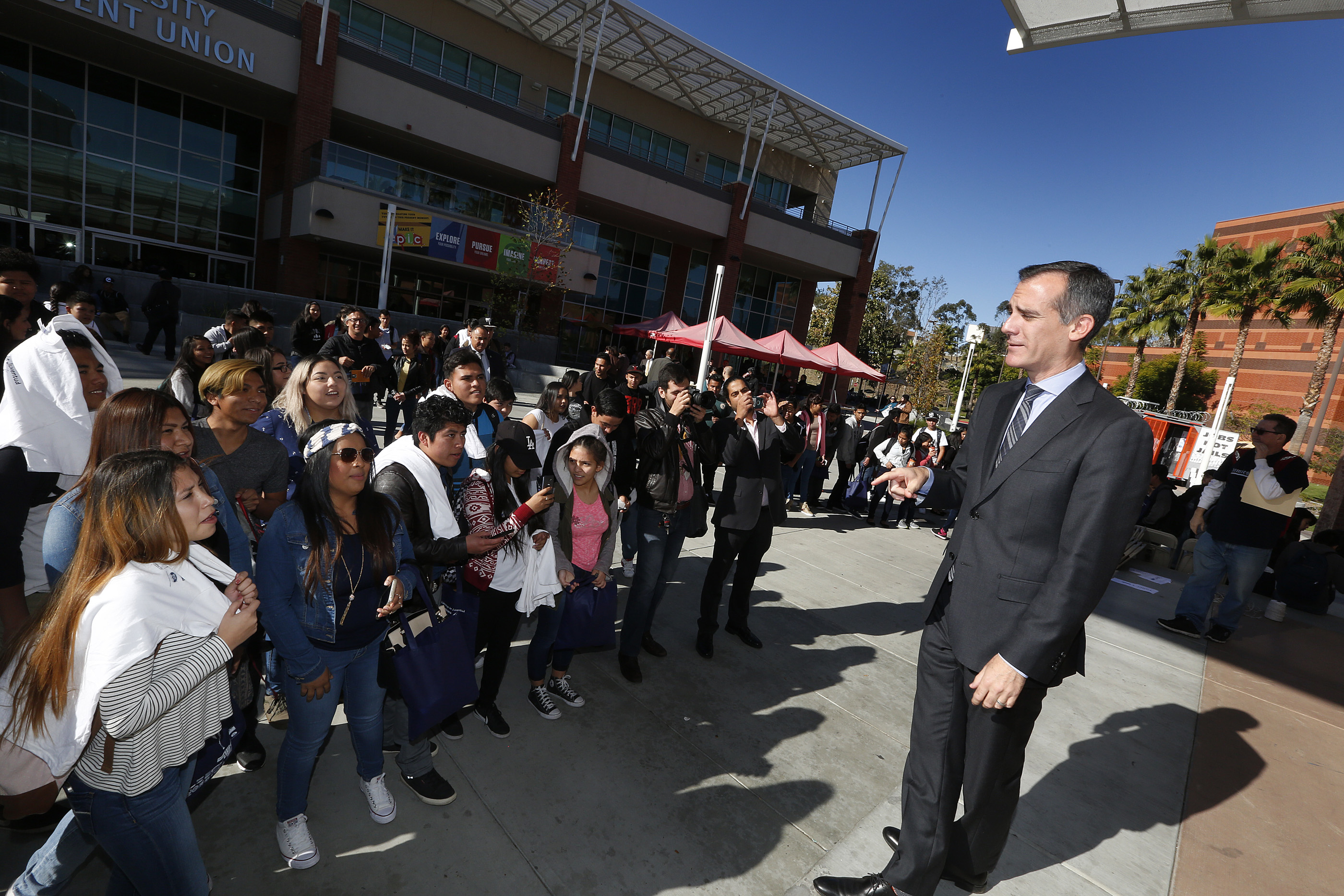 12/02/16/LOS ANGELES/ Mayor Eric Garcetti delivers remarks during the Central American Youth Leadership Conference held at California State University Los Angeles. (Photo by Aurelia Ventura/La Opinion)