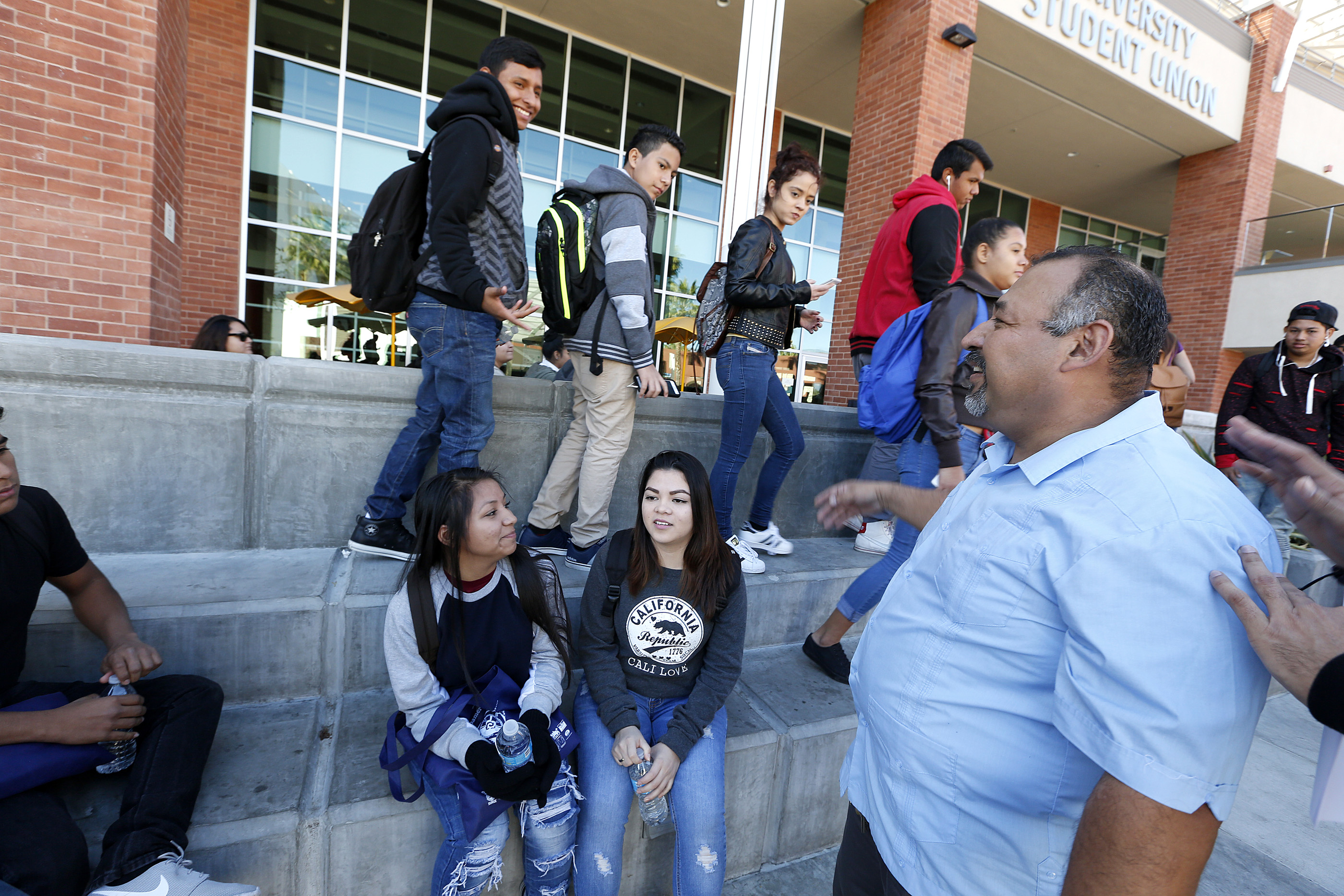 12/02/16/LOS ANGELES/Alex Sanchez, co founder of Homies Unidos, with a group of youth during the Central American Youth Leadership Conference held at California State University Los Angeles. (Photo by Aurelia Ventura/La Opinion)
