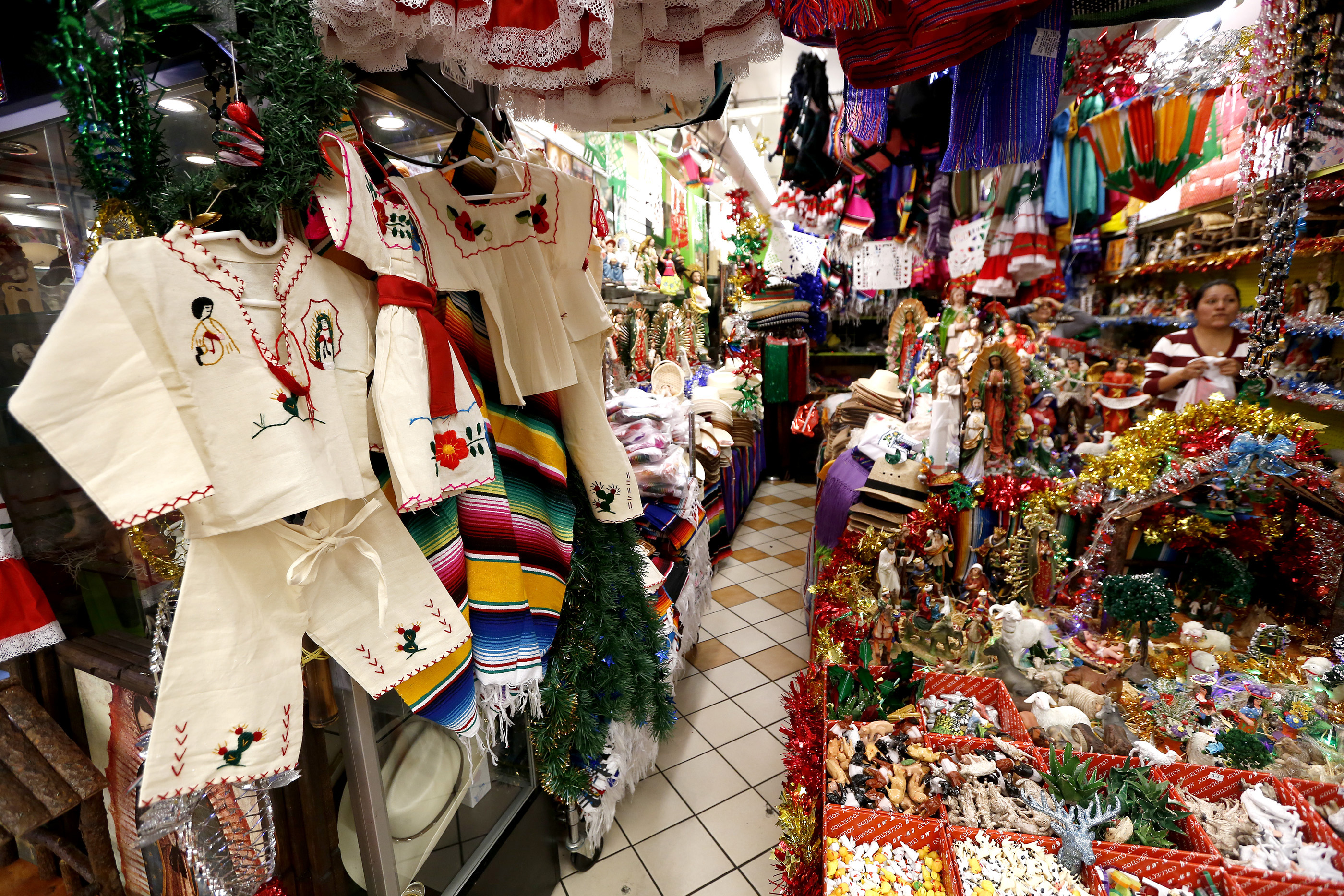 Latinos católicos de todo el sur de California acuden a esta tienda a comprar trajes hechos a mano,  imágenes de la Virgen y libros de cantos (Foto: Aurelia Ventura/La Opinión)