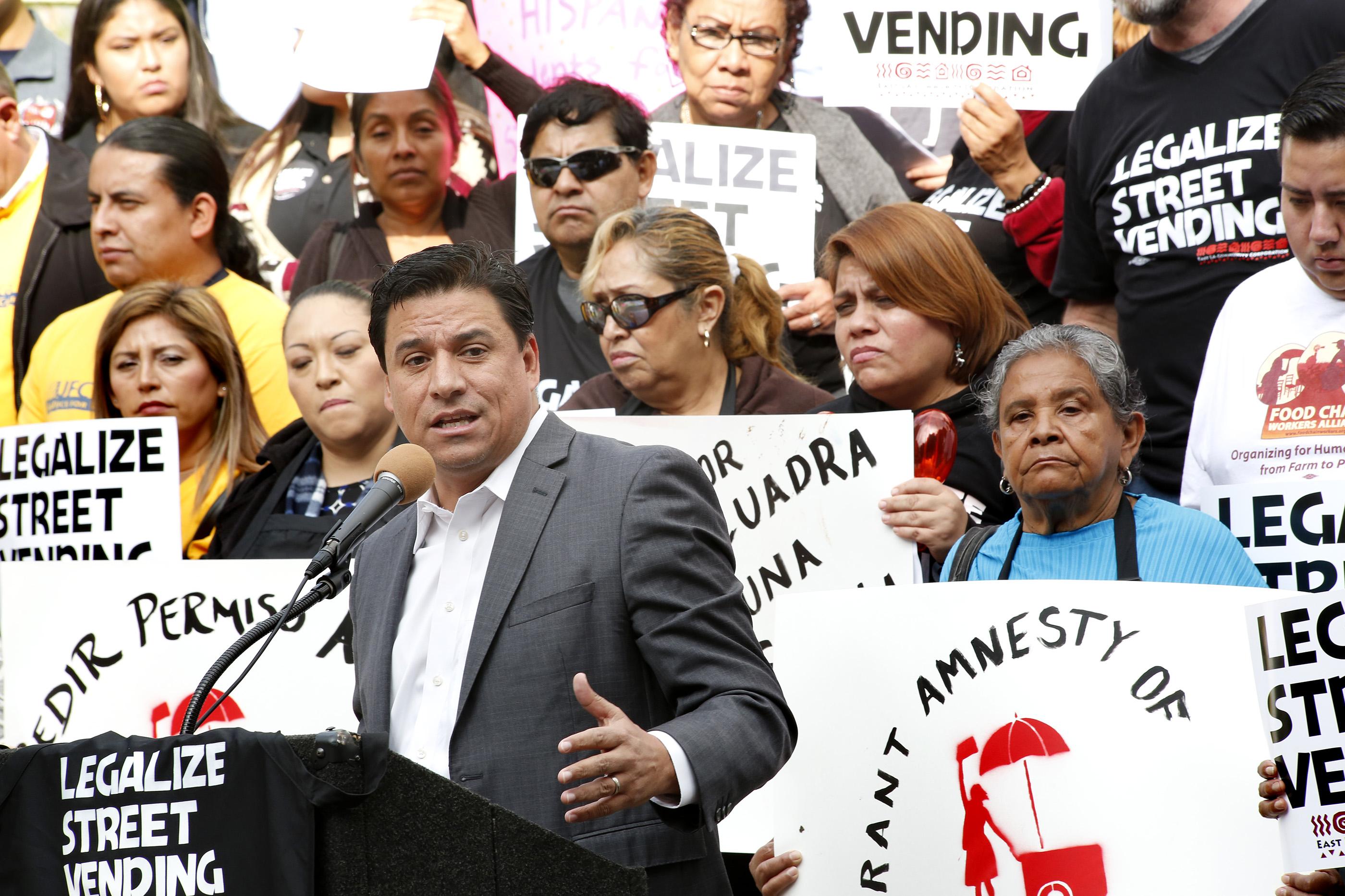 El concejal José Huizar recalcó la importancia de llegar a un acuerdo que beneficie tanto a los vendedores ambulantes como a los pequeños comerciantes (Foto: Aurelia Ventura/La Opinión)