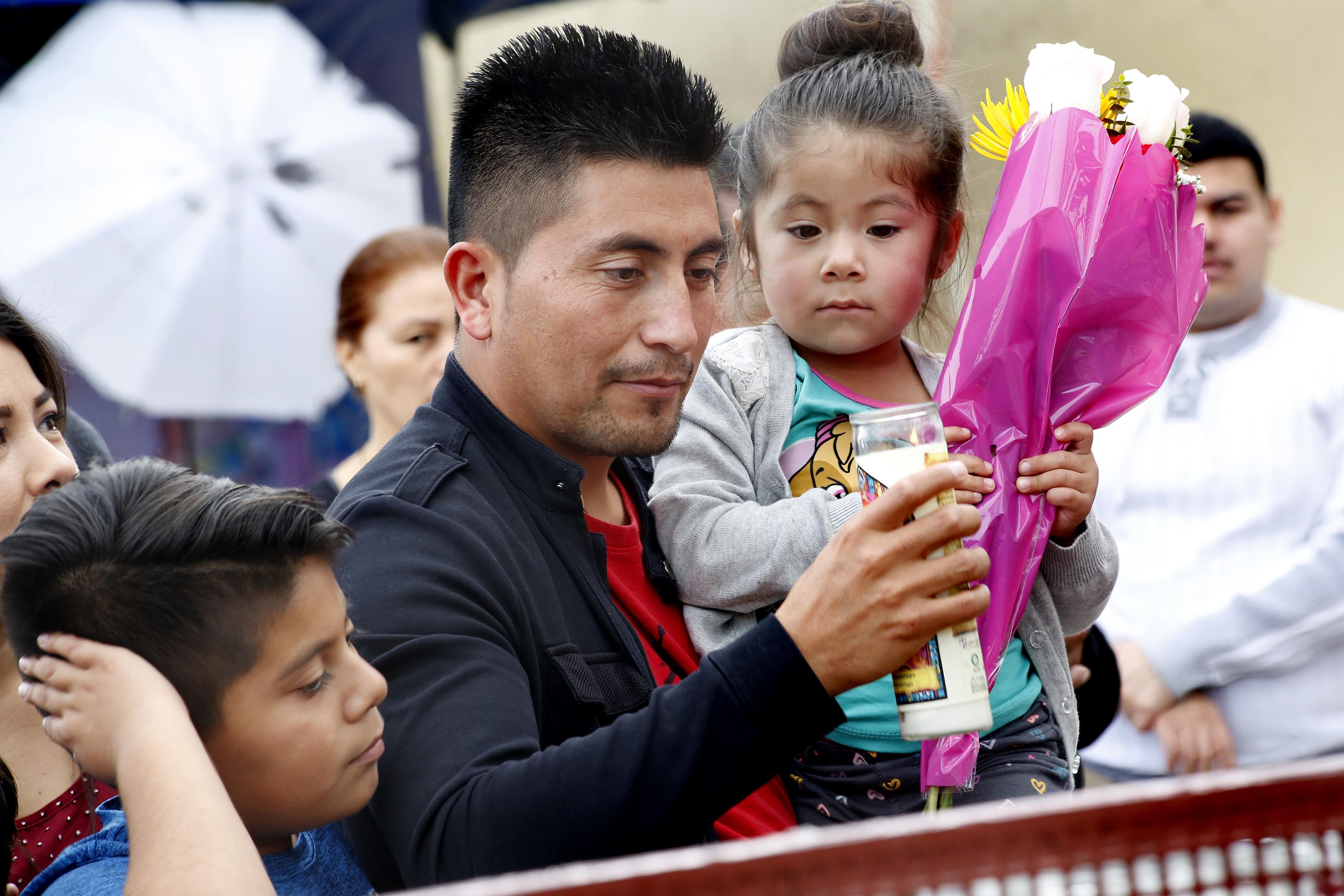Pedro Villanueva, acompañado de su esposa Angélica y sus hijos, le pide a la Virgen para poder continuar juntos (Foto: Aurelia Ventura/La Opinión)