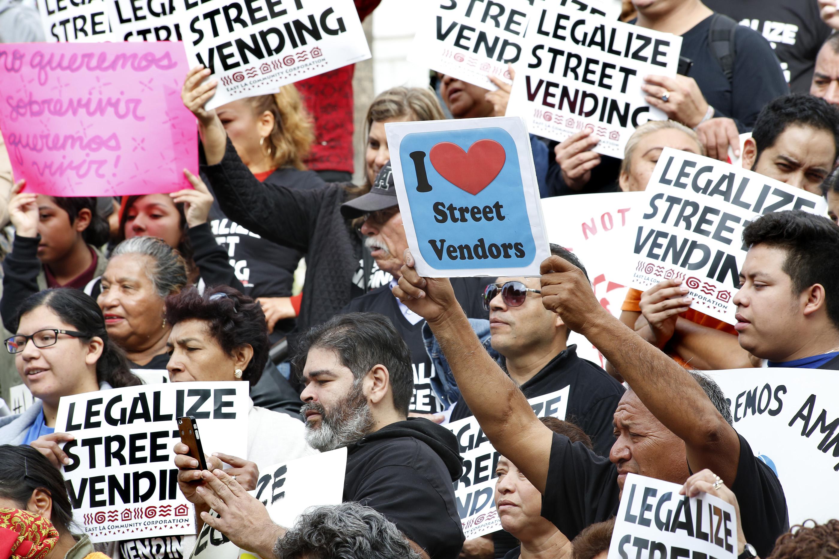 La medida legalizaría y regularía la venta callejera, y podría incluir una amnistía por delitos relacionados con ella (Foto: Aurelia Ventura/La Opinión)
