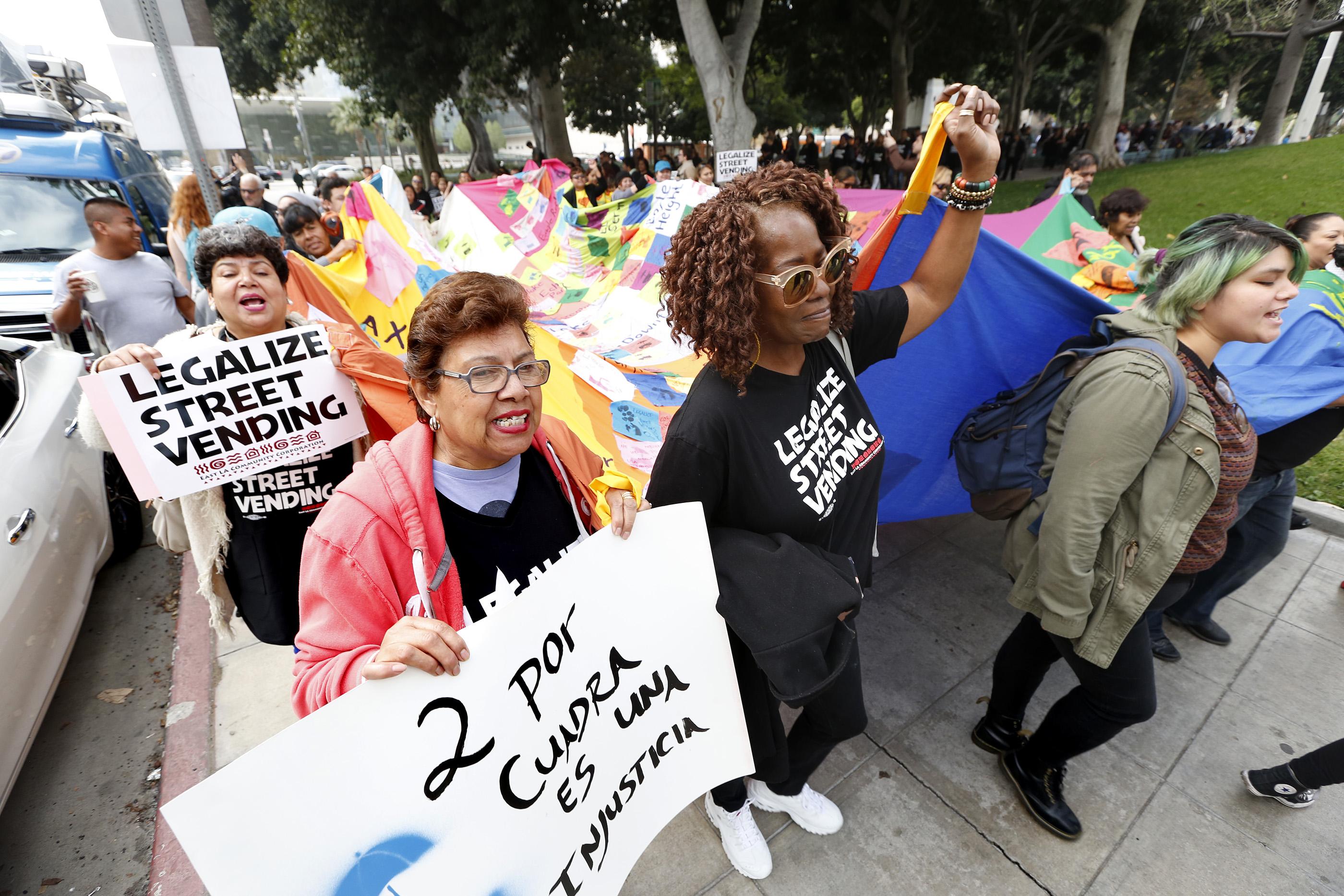Legalizar la venta ambulante y perdonar las multas ayudaría a muchos inmigrantes a evitar las deportaciones prometidas por Trump (Foto: Aurelia Ventura/La Opinión)