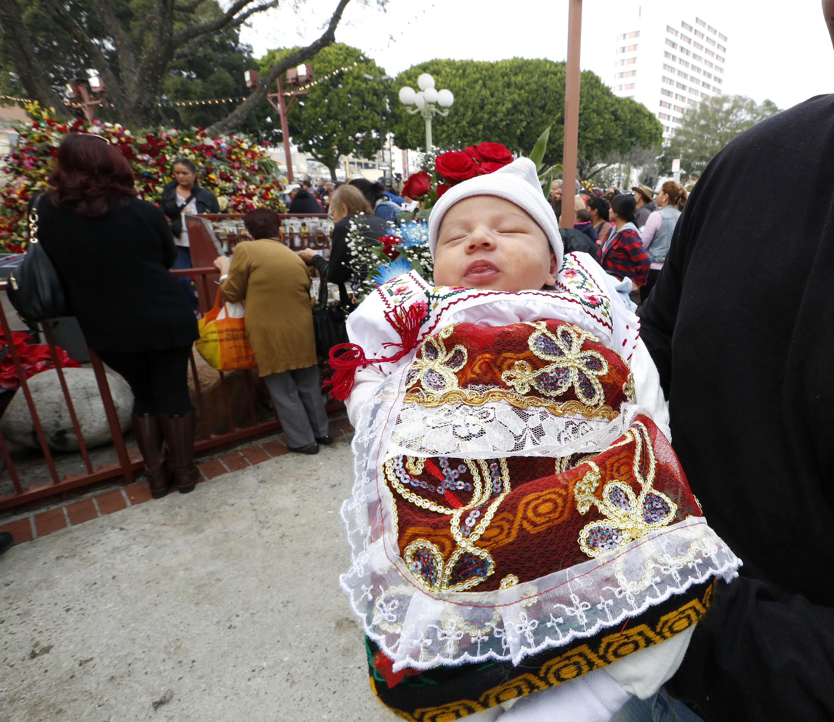 Liviet Díaz, de solo tres semanas, festejó por primera vez a la Vigen de Guadalupe con su familia (Foto: Aurelia Ventura/La Opinión)