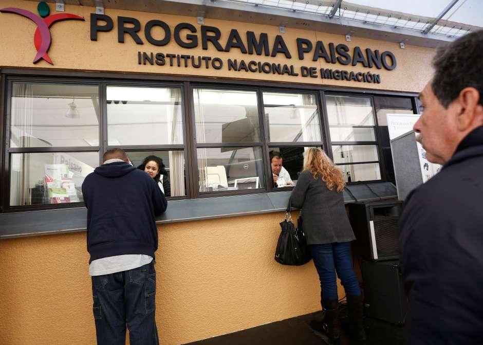Cientos visitan el Consulado de México en Los Ángeles para obtener permisos con los que cruzar la frontera con sus vehículos.