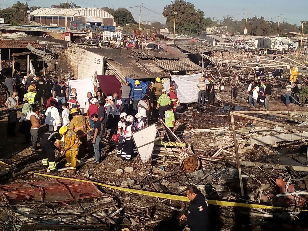 Rescatistas en la zona de la explosión en un mercado de pirotecnia de Tultepec, en el estado de México.