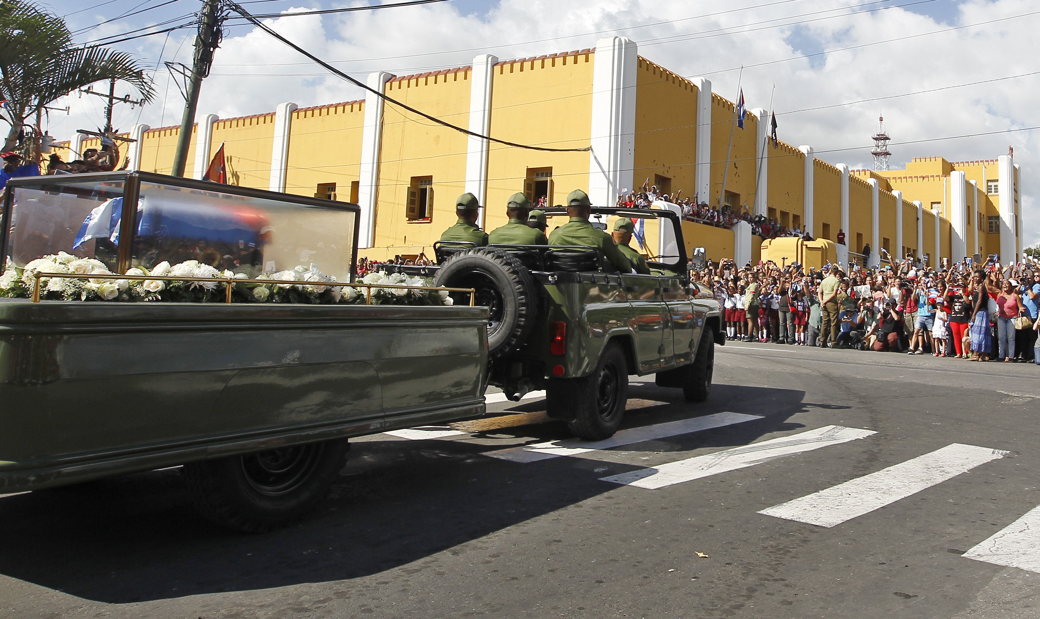 La caravana con las cenizas del fallecido líder de la revolución cubana Fidel Castro pasa frente al cuartel Moncada en la ciudad de Santiago de Cuba. EFE