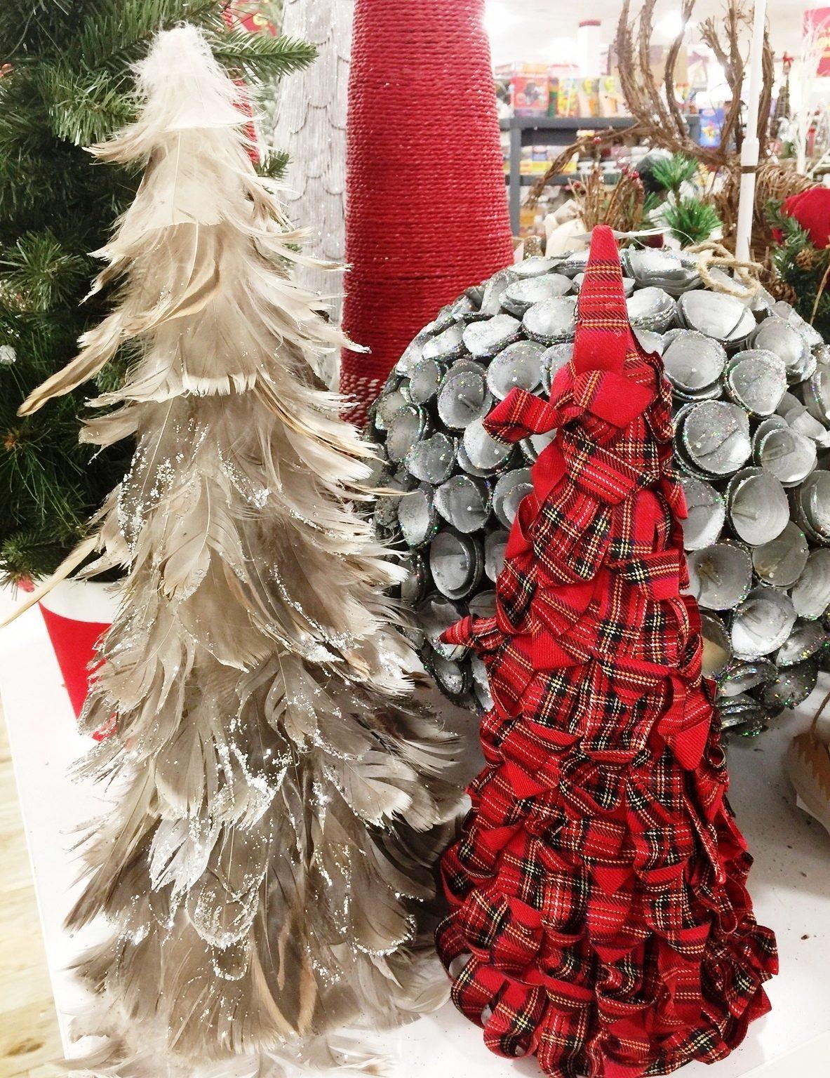 Los arbolitas de Navidad 2016 están creados con plumas, retazos de tela al estilo escocés, madera y otros elementos de la naturaleza..