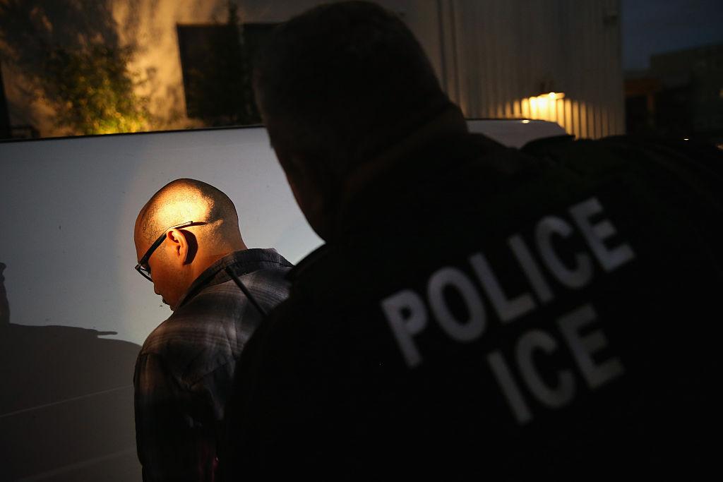 Activistas alegan que las redadas de ICE estarían violando derechos civiles de inmigrantes.