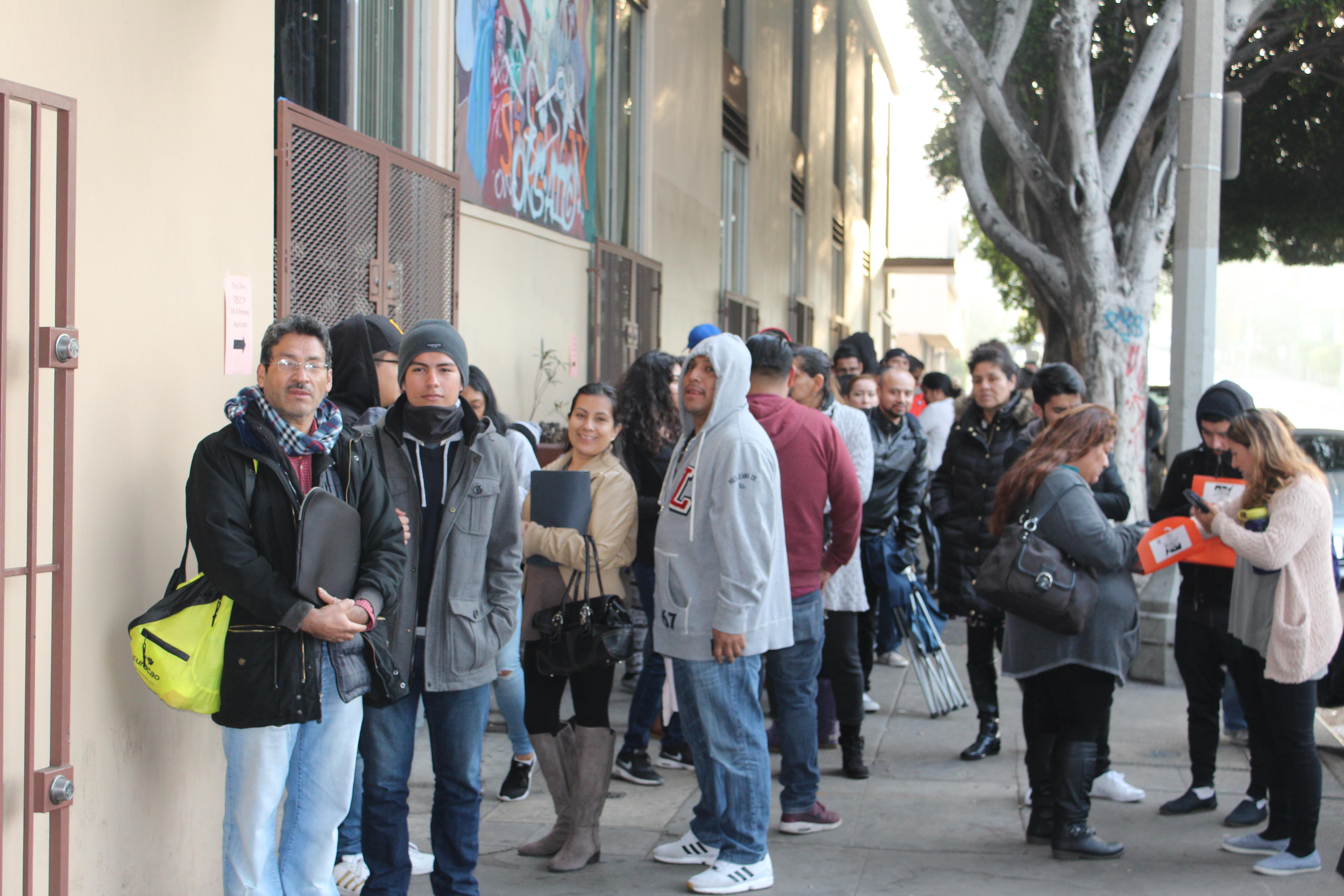 Jóvenes soñadores hacen fila desde tempranas horas de la mañana afuera de las oficinas de CHIRLA para renovar sus permisos de DACA. /Jorge Luis Macias, Especial para La Opinión