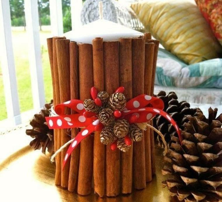 Una simple vela se transforma en festiva adornándola con unas astilla de canela y un lazo de Navidad.