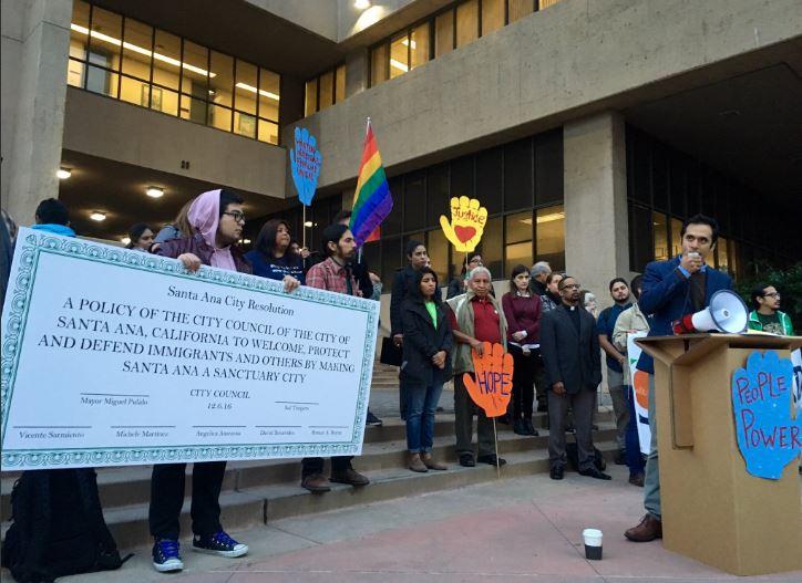 Activistas exigen que el concilio vote a favor de ser una ciudad santuario afuera del Ayuntamiento de Santa Ana.