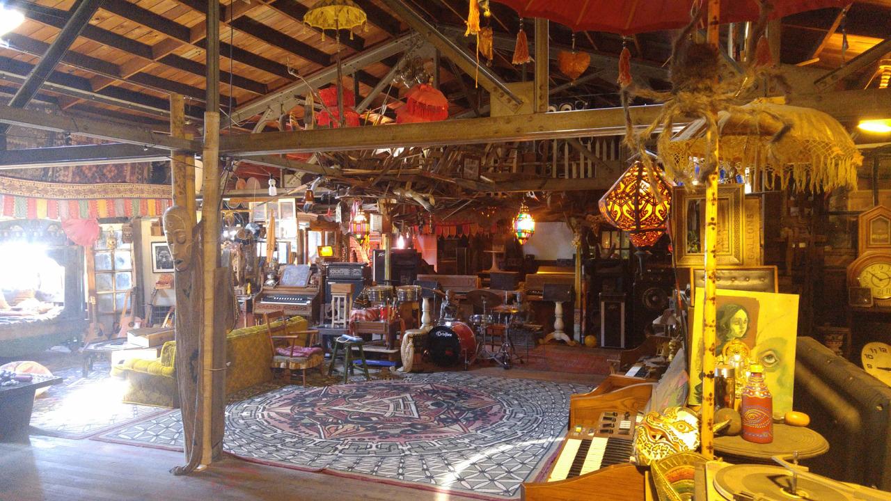 El espacio era un claustrofóbico laberinto que albergaba incluso tráilers donde vivían los artistas (Foto: Ghost Ship)