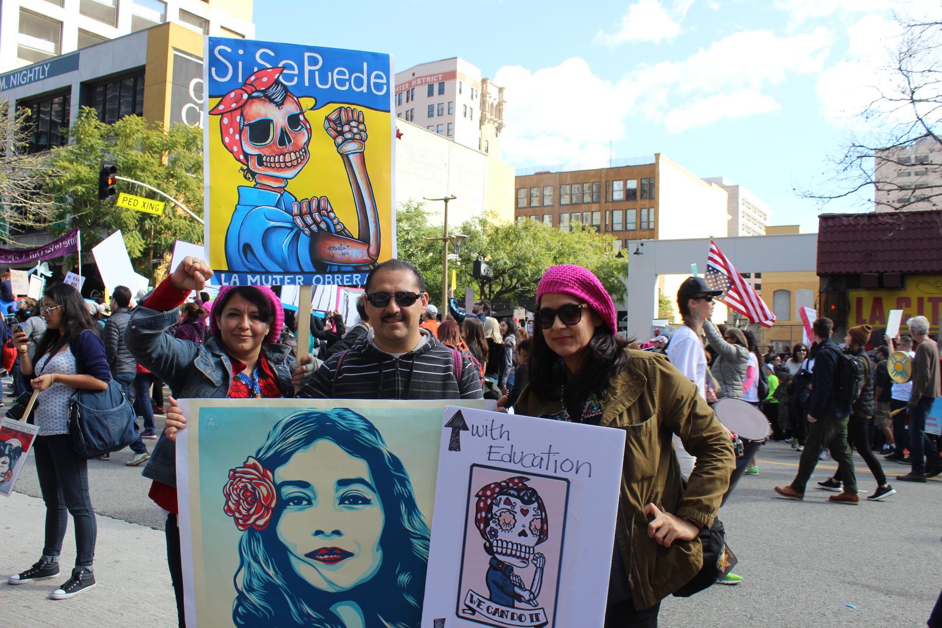 Ricardo Galvez, acompañado de amigas y familiares durante la Marcha de Mujeres en Los Ángeles. (Foto: Joanna Jacobo/La Opinión)