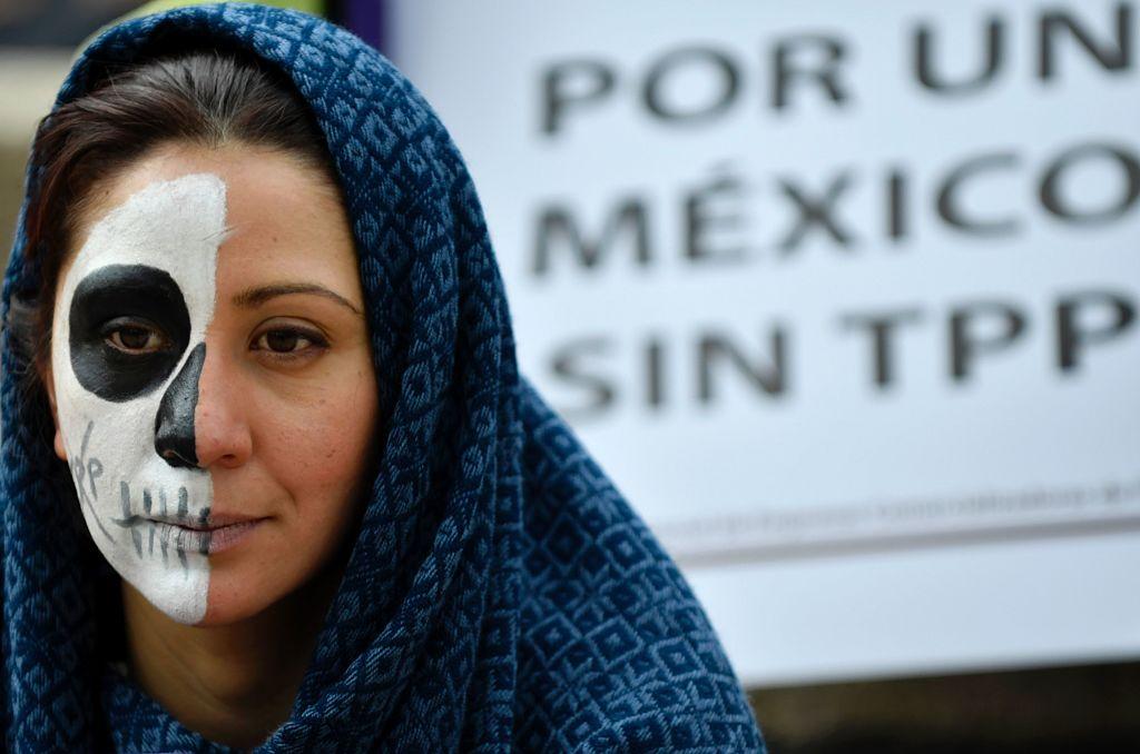 Una mujer en México protesta contra el TPP.