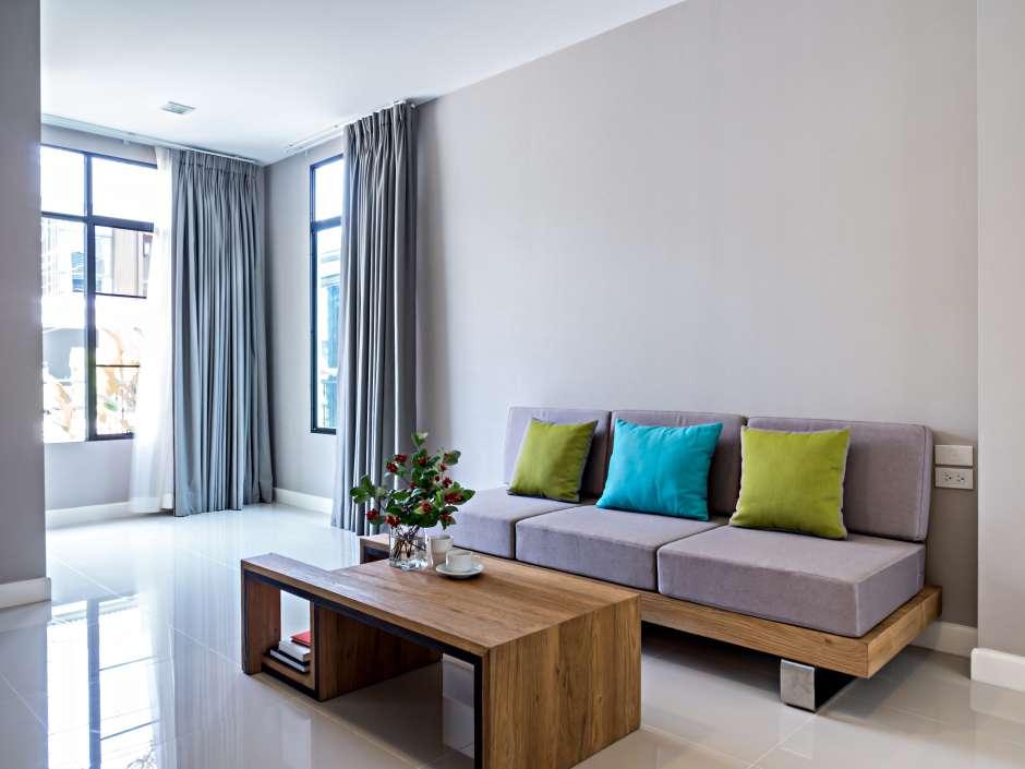 Las cortinas que se cuelgan bien por encima de los marcos de las ventanas dan el efecto visual de techos muchos más altos.
