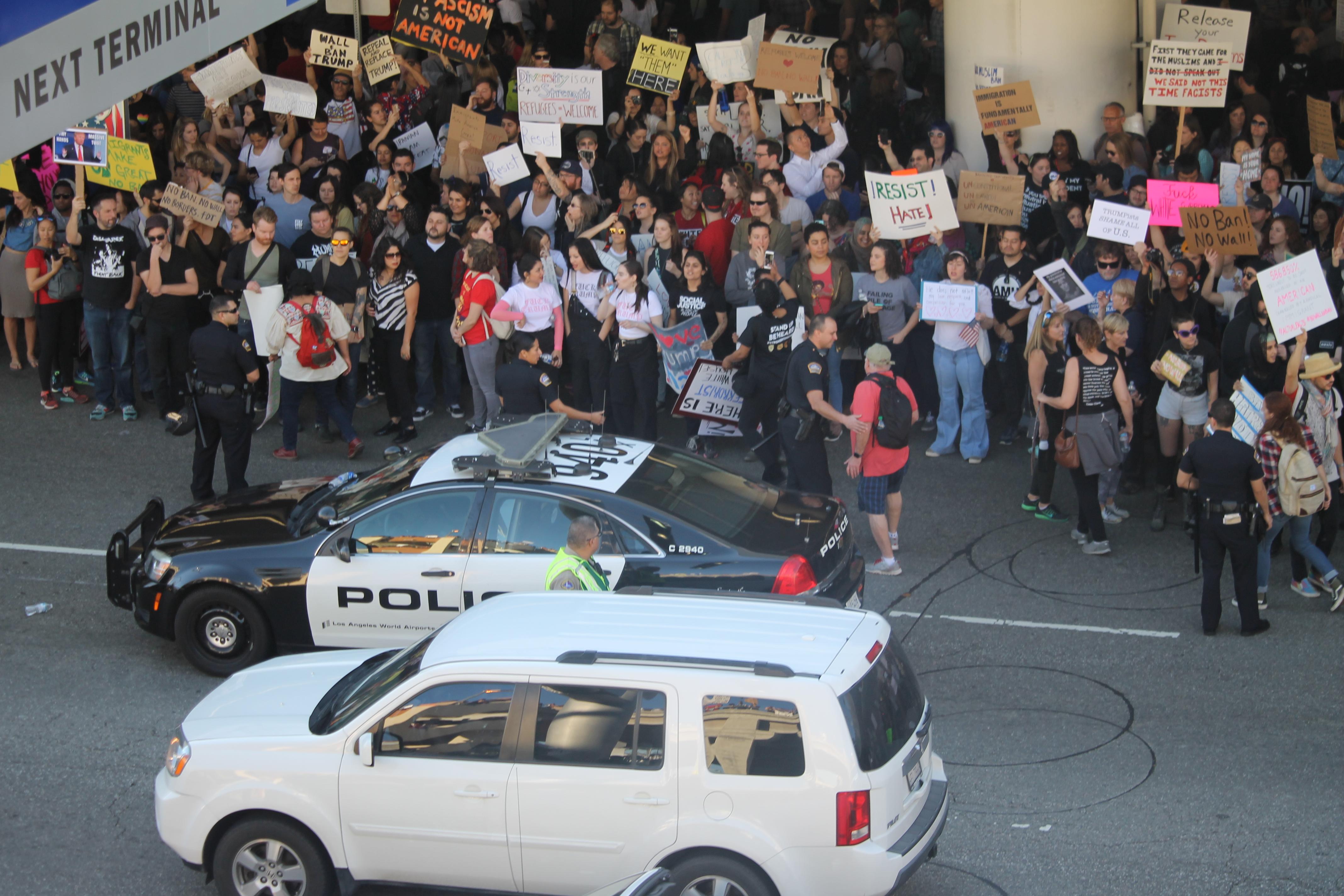 Miles de personas se congregaron hoy frente a la terminal Tom Bradley en el LAX. / Foto: Jorge Luis Macías