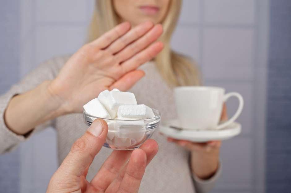 Reducir el consumo de azúcar y sal es uno de los hábitos clave para la buena salud.