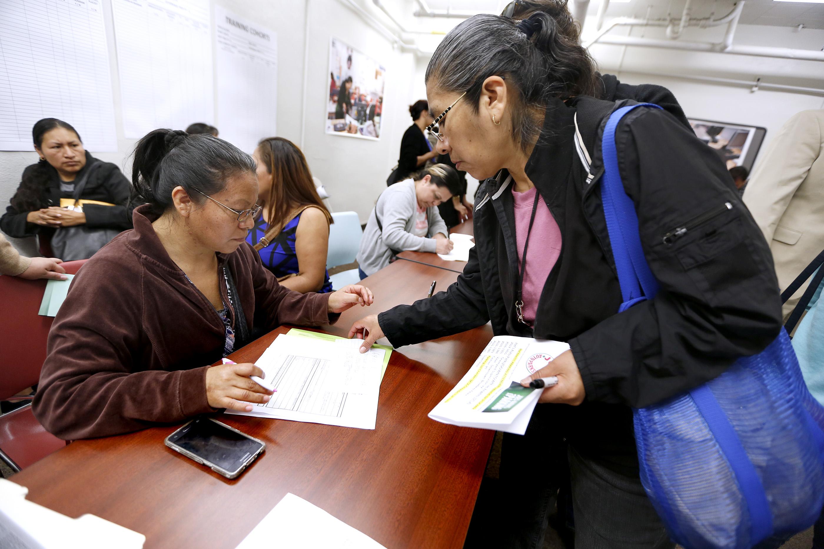 Durante la feria de empleo en el LATTC, docenas de exempleados de American Apparel aprovecharon las inscripciones. (Foto: Aurelia Ventura/La Opinión)
