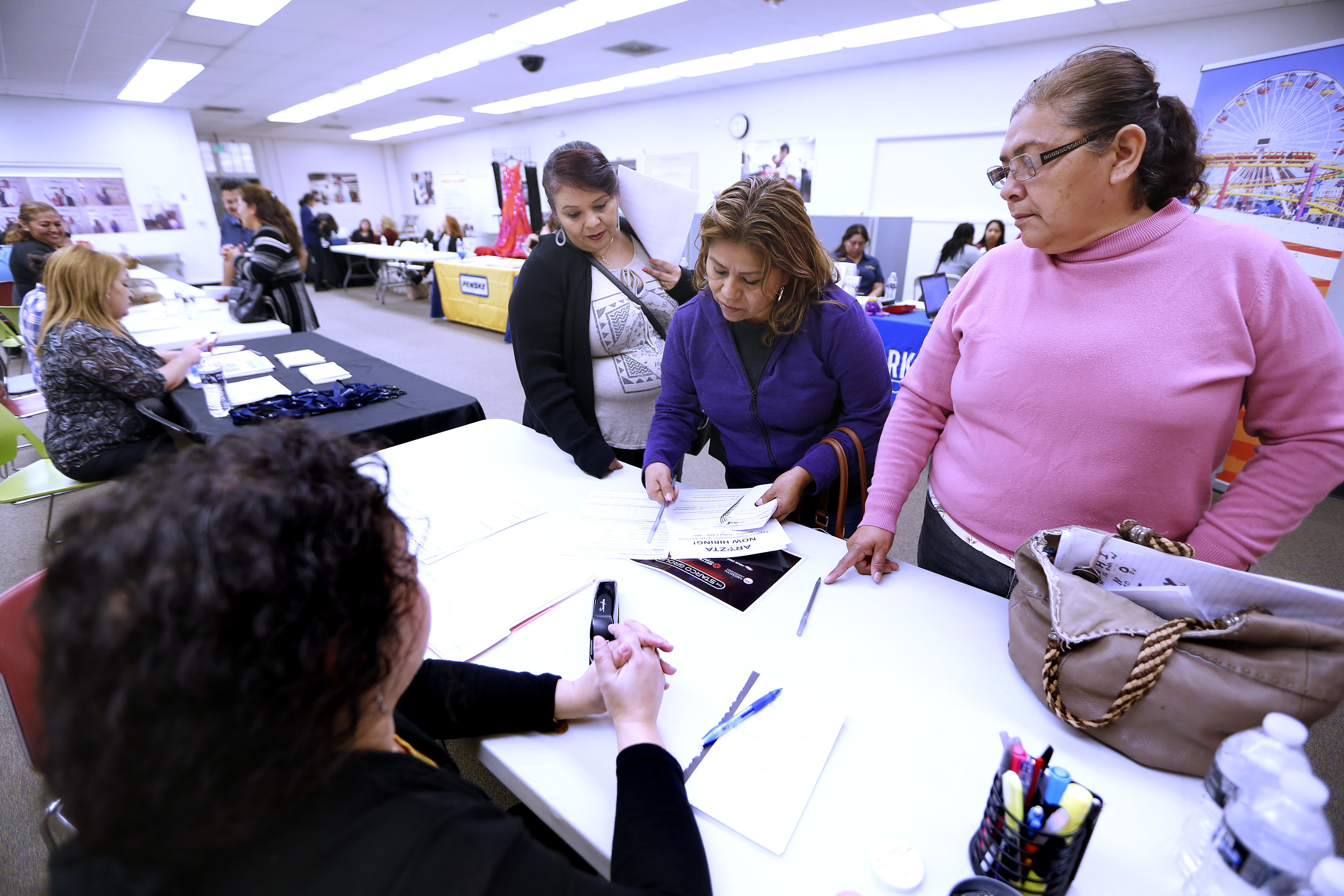 Exempleadas de American Apparel se inscriben a los cursos gratuitos que ofrece el LATTC. (Foto: Aurelia Ventura/La Opinión)