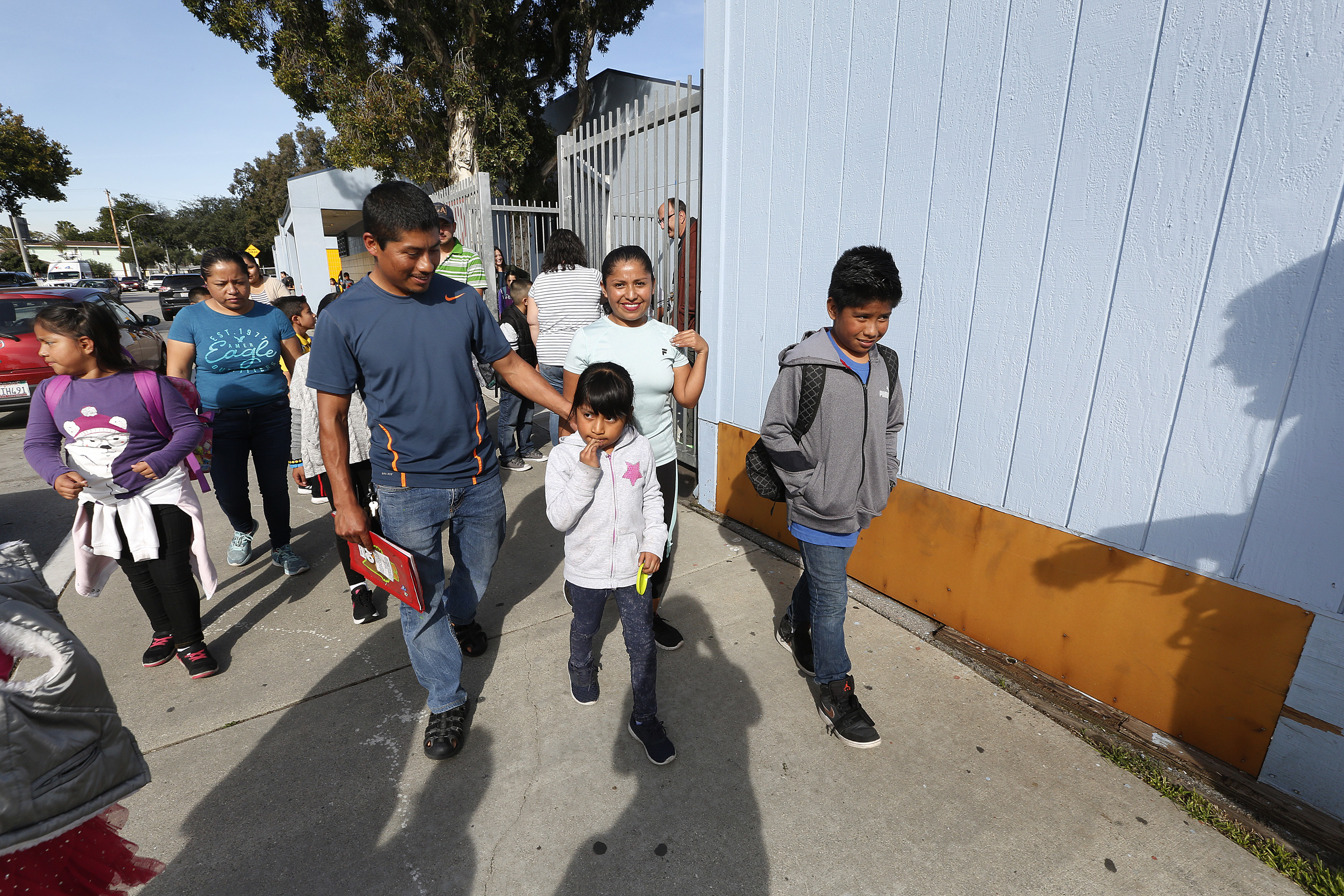 02/13/17 /LOS ANGELES/Apolinar Hernandez with his wife Felicia Flores pick up their school children from Montana Avenue Elementary School in South Gate. According to school officials, a third-grade teacher atÊMontana Avenue Elementary died of bacterialÊmeningitis.ÊÊ Health officials have not released the name of the teacher, but school and health officials met with parents on campus to address their concerns. (Photo Aurelia Ventura/La Opinion)