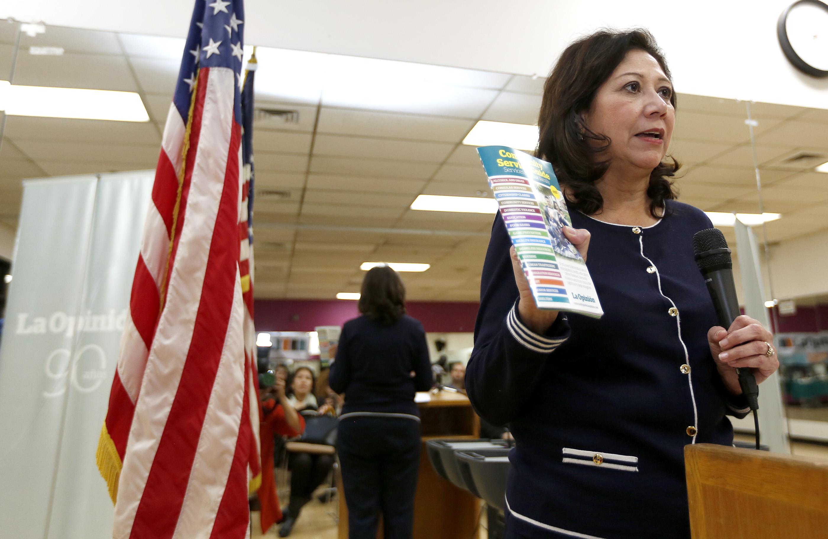 La Supervisora Hilda Solís afirma que la guía servirá para informar a la comunidad de los servicios que proporciona el condado (Foto: Aurelia Ventura/La Opinión)