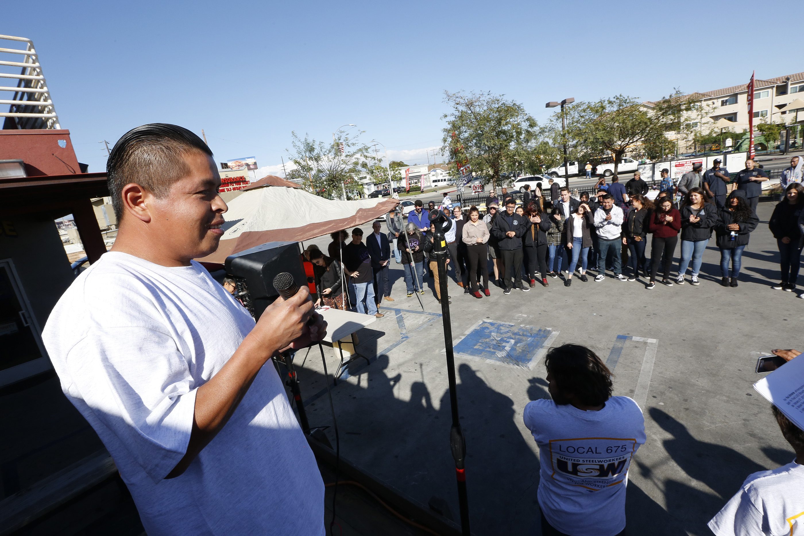 02/22/17 /LOS ANGELES/Car washero Miguel Cruz joined coworkers and owners from Vermont Gage Carwash celebrate with the community their anniversary and their union contract. The celebration included music from Los Jornaleros del Norte, vendors, merchandise from other local cooperatives, to celebrate the hard working spirit of this unique group of car washeros. (Photo Aurelia Ventura/La Opinion)