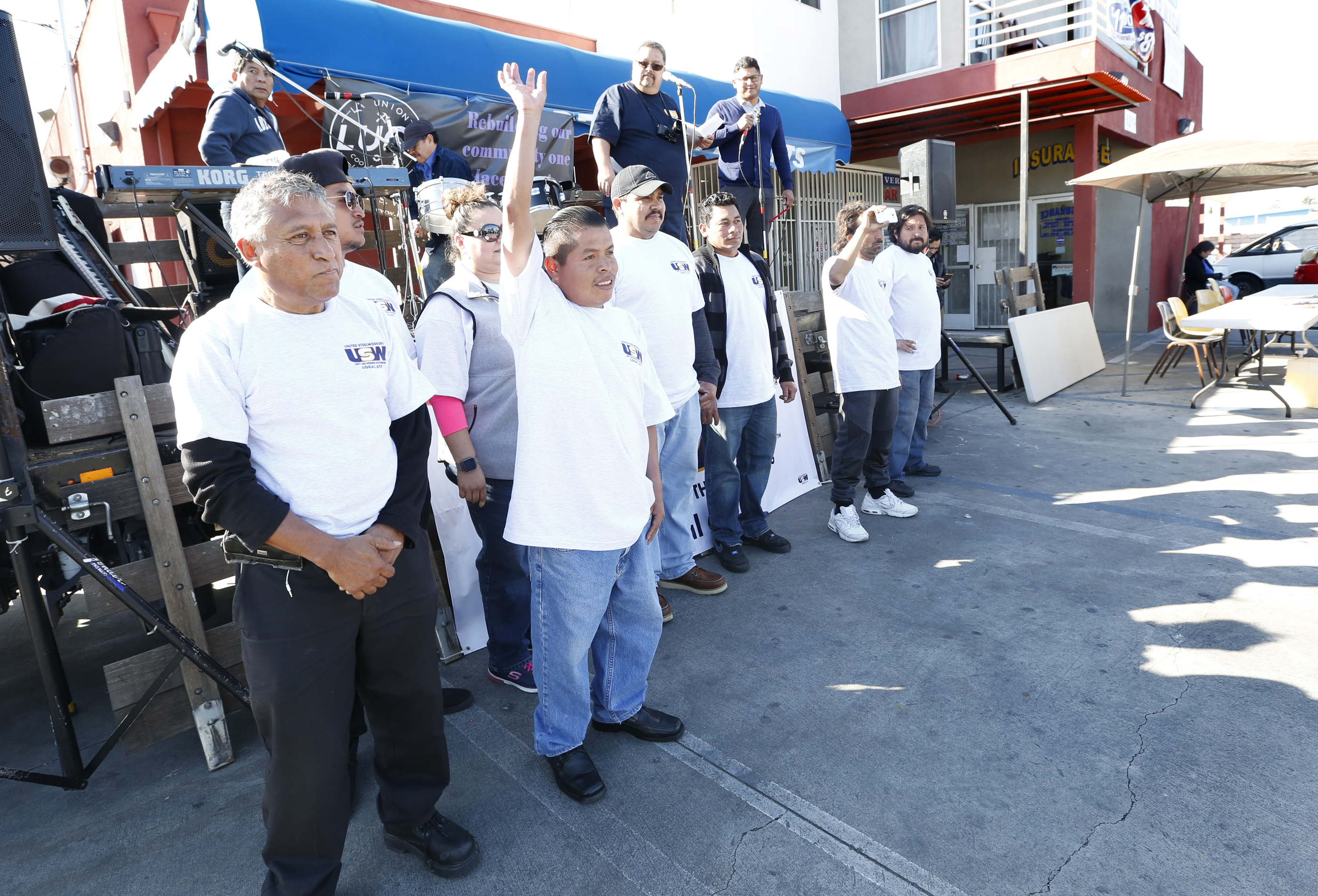 02/22/17 /LOS ANGELES/ Vermont Gage Carwash worker owners celebrate with the community their anniversary and their union contract. The celebration included music from Los Jornaleros del Norte, vendors, merchandise from other local cooperatives, to celebrate the hard working spirit of this unique group of car washeros. (Photo Aurelia Ventura/La Opinion)