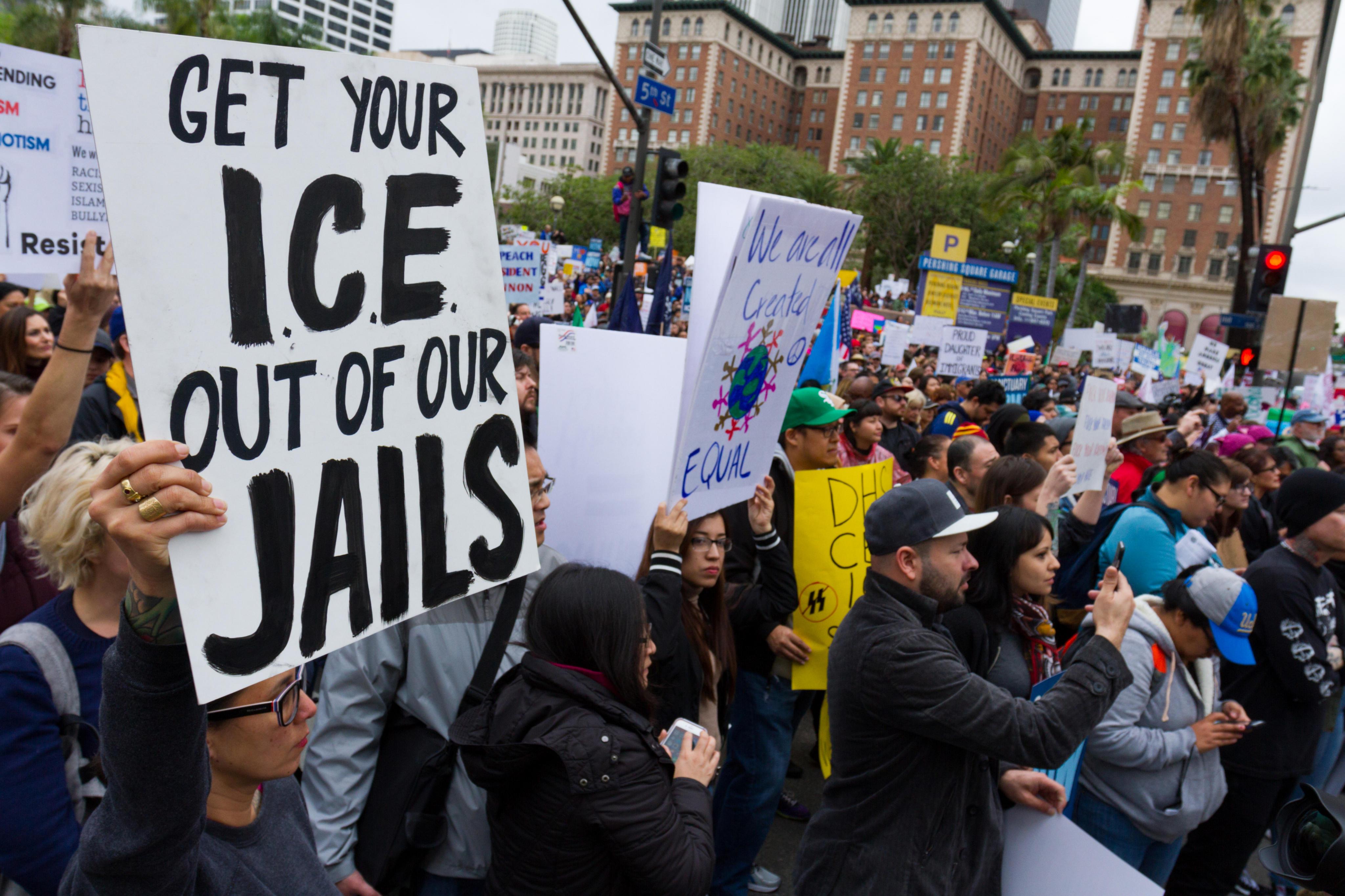 La manifestación en Los Ángeles reunió a inmigrantes de diversas nacionalidades y edades.
